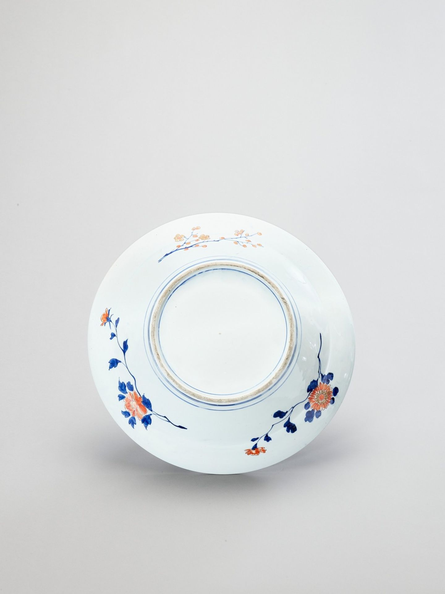 A LARGE IMARI PORCELAIN CHARGER - Image 3 of 4