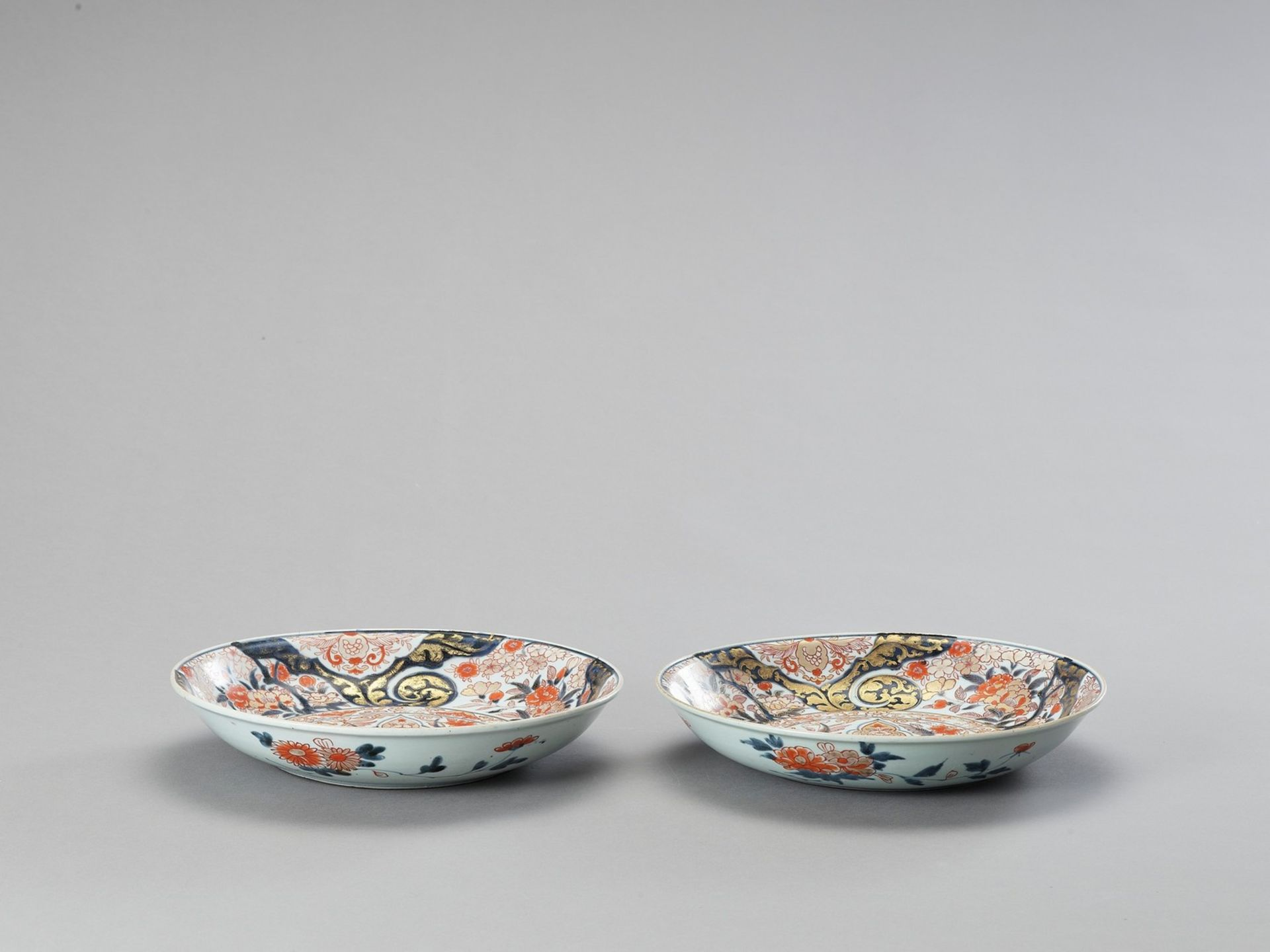 A PAIR OF IMARI PORCELAIN DISHES - Image 4 of 4