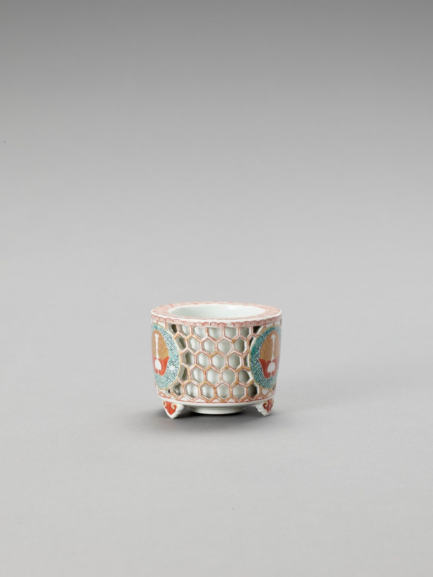 A RETICULATED IMARI PORCELAIN CENSER - Bild 4 aus 6