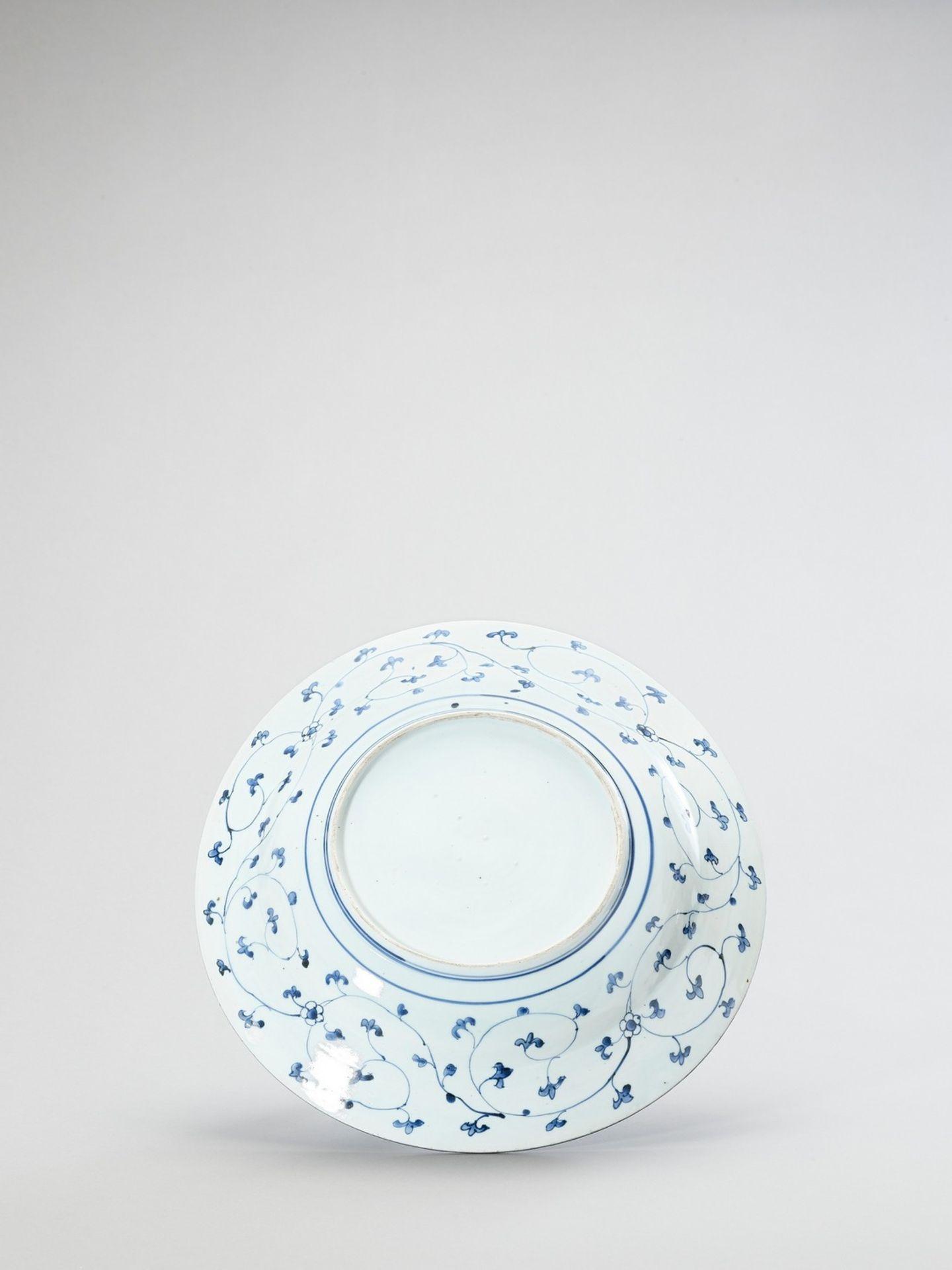 A LARGE BLUE AND WHITE PORCELAIN CHARGER - Bild 3 aus 5