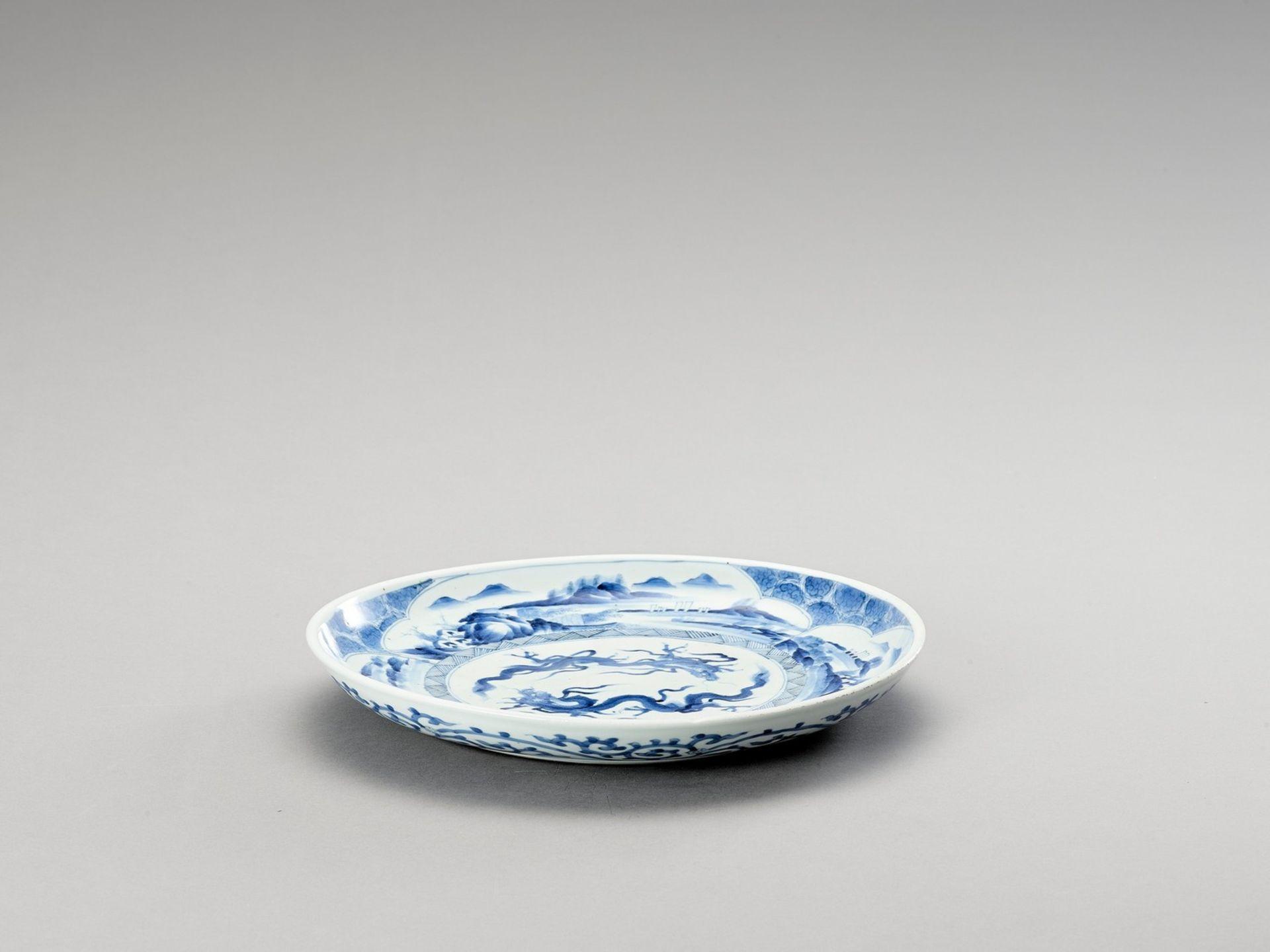 A BLUE AND WHITE PORCELAIN 'DRAGON' PLATE - Bild 2 aus 4