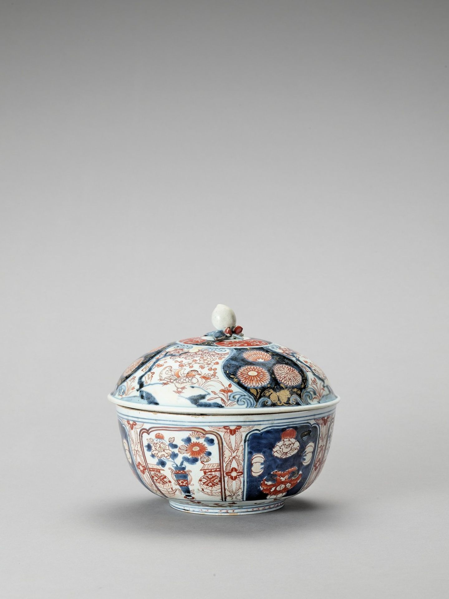 AN IMARI PORCELAIN BOX WITH COVER - Image 2 of 7