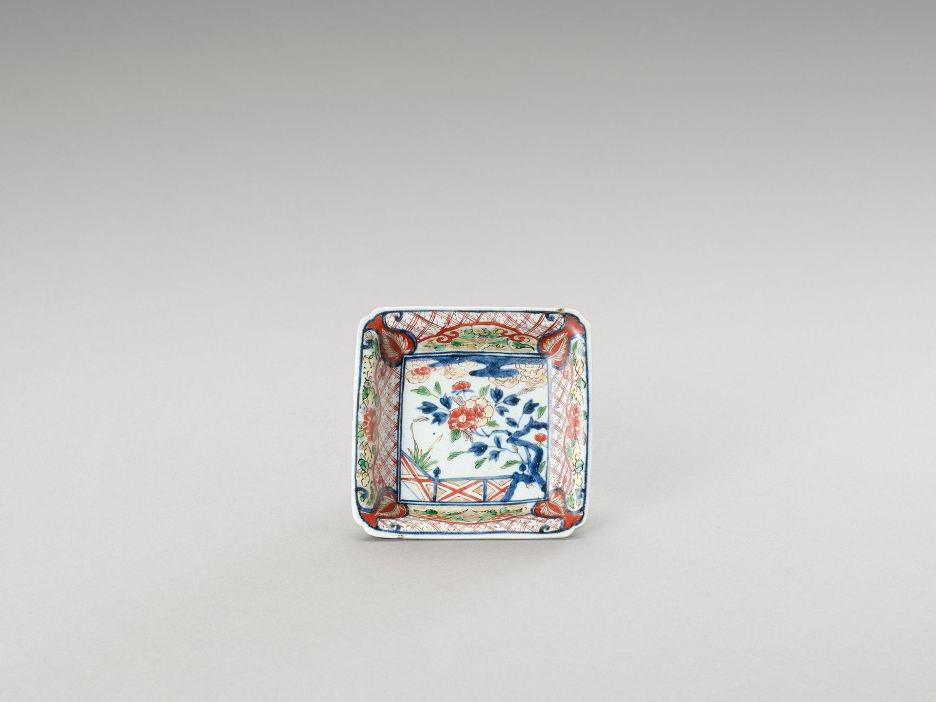 A SMALL SQUARE IMARI PORCELAIN DISH - Image 2 of 4
