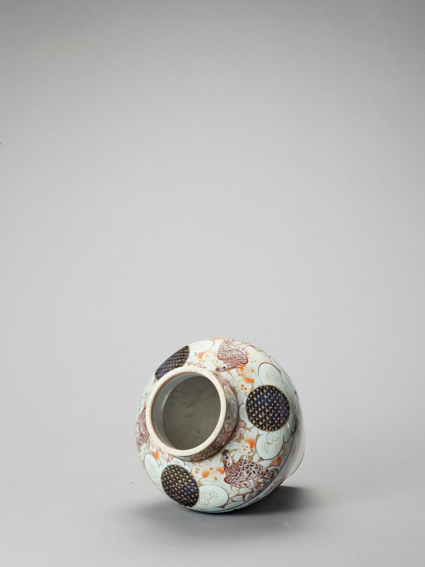 A LARGE IMARI PORCELAIN BALUSTER VASE AND COVER - Image 5 of 7
