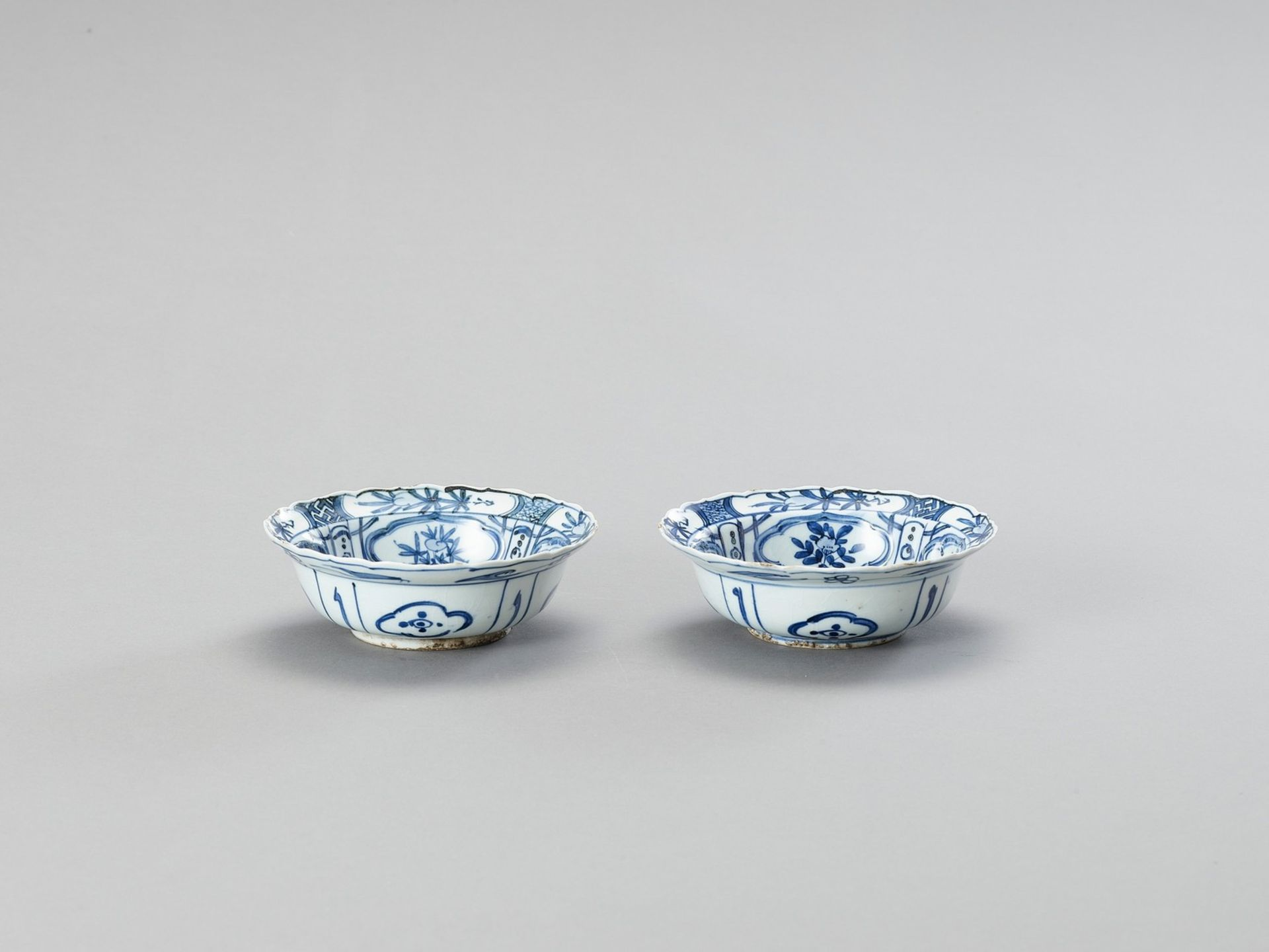 A PAIR OF BLUE AND WHITE 'KRAAK' STYLE PORCELAIN BOWLS - Image 2 of 4