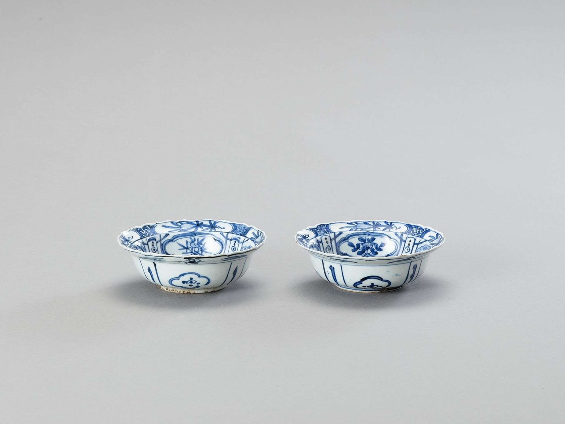 A PAIR OF BLUE AND WHITE 'KRAAK' STYLE PORCELAIN BOWLS - Image 4 of 4