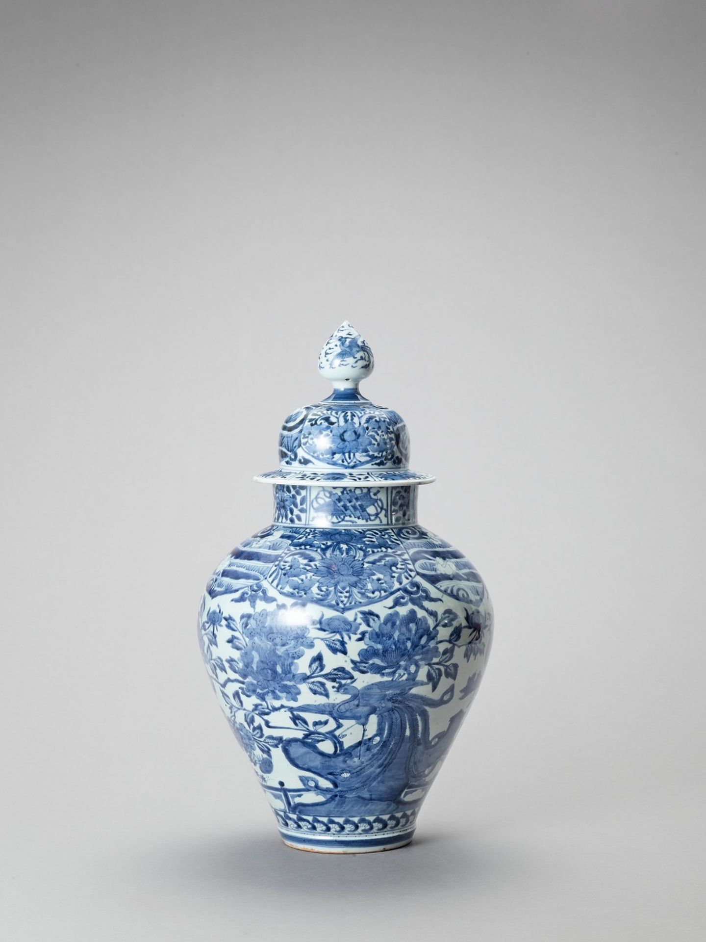 A LARGE BLUE AND WHITE PORCELAIN JAR AND COVER