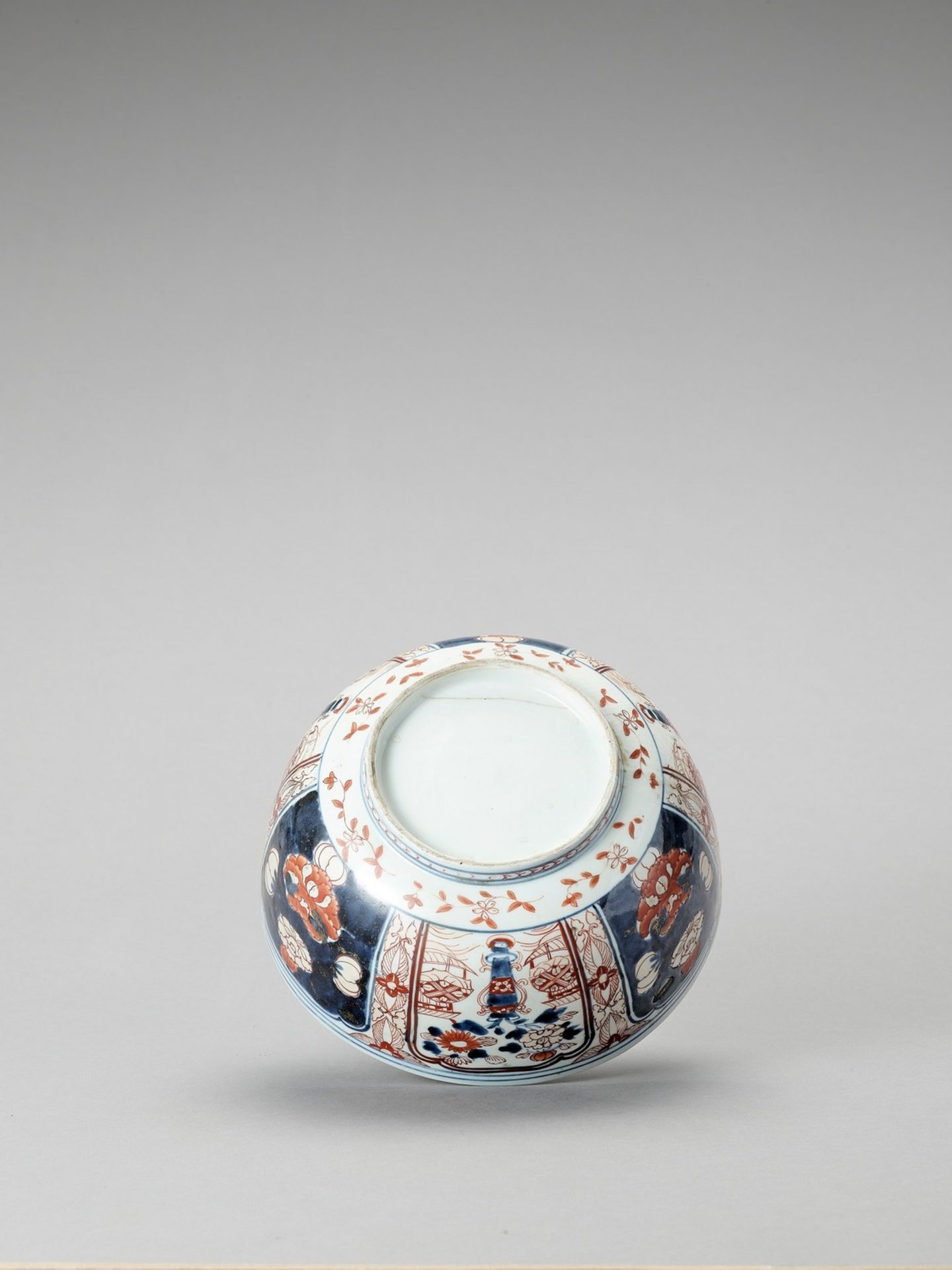 AN IMARI PORCELAIN BOX WITH COVER - Image 7 of 7