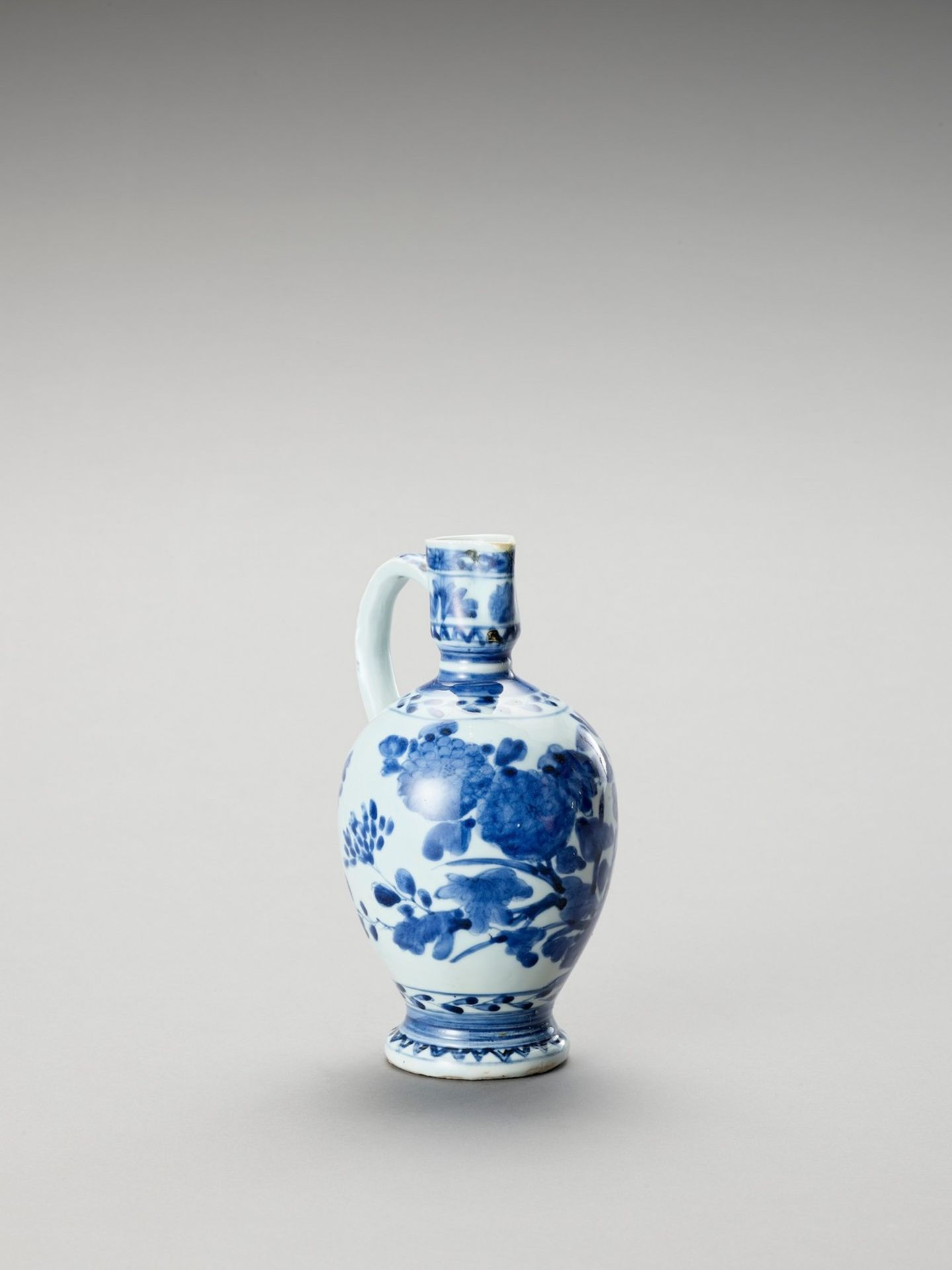 A BLUE AND WHITE PORCELAIN JUG - Image 3 of 7