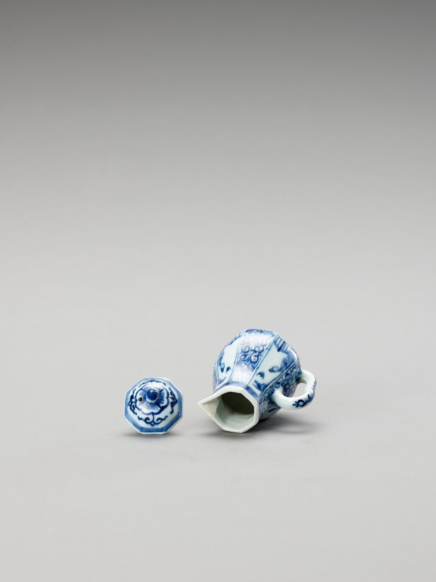 A SMALL BLUE AND WHITE PORCELAIN JUG AND COVER - Bild 5 aus 6