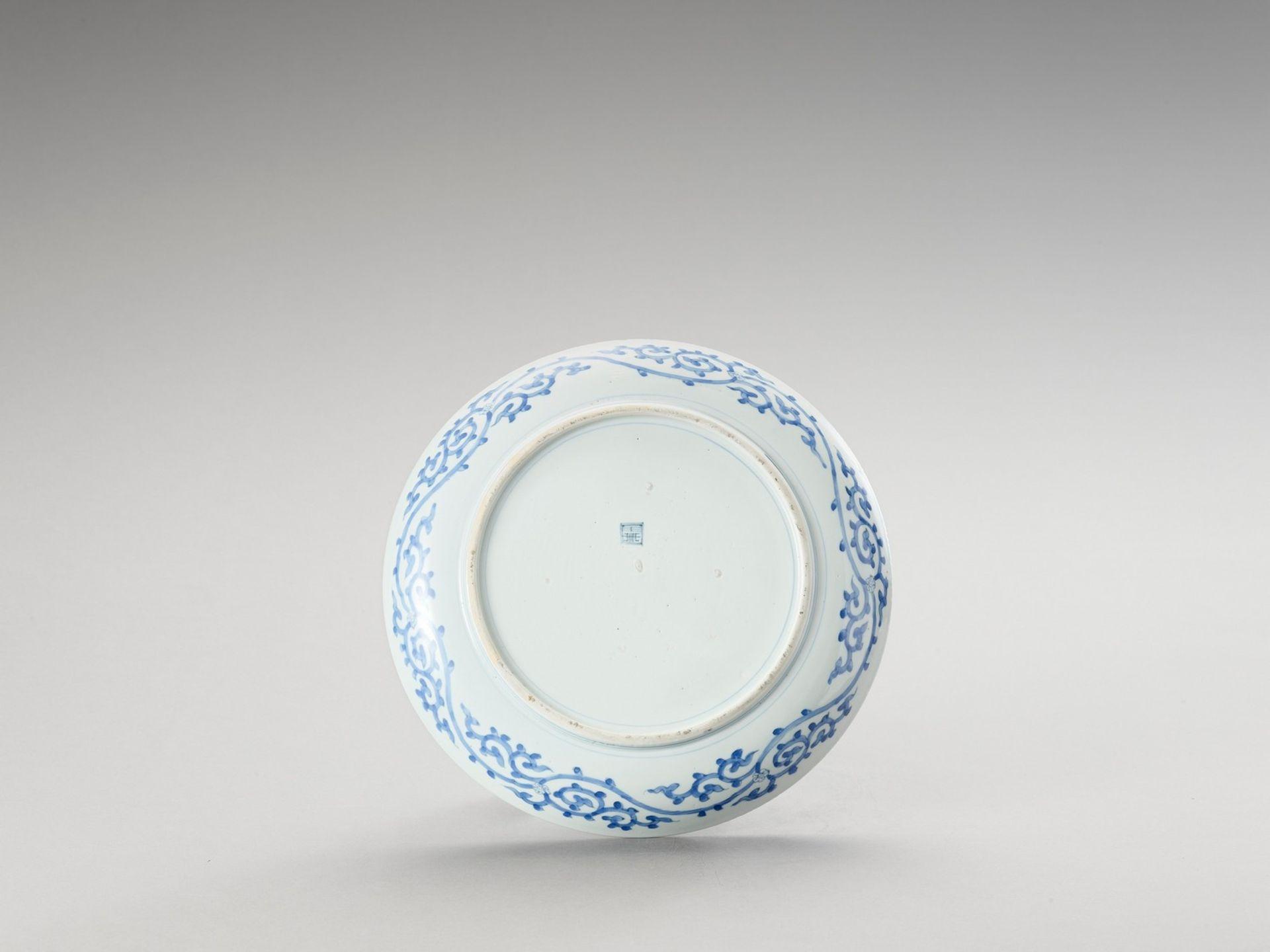 A BLUE AND WHITE PORCELAIN 'DRAGON' PLATE - Bild 3 aus 4
