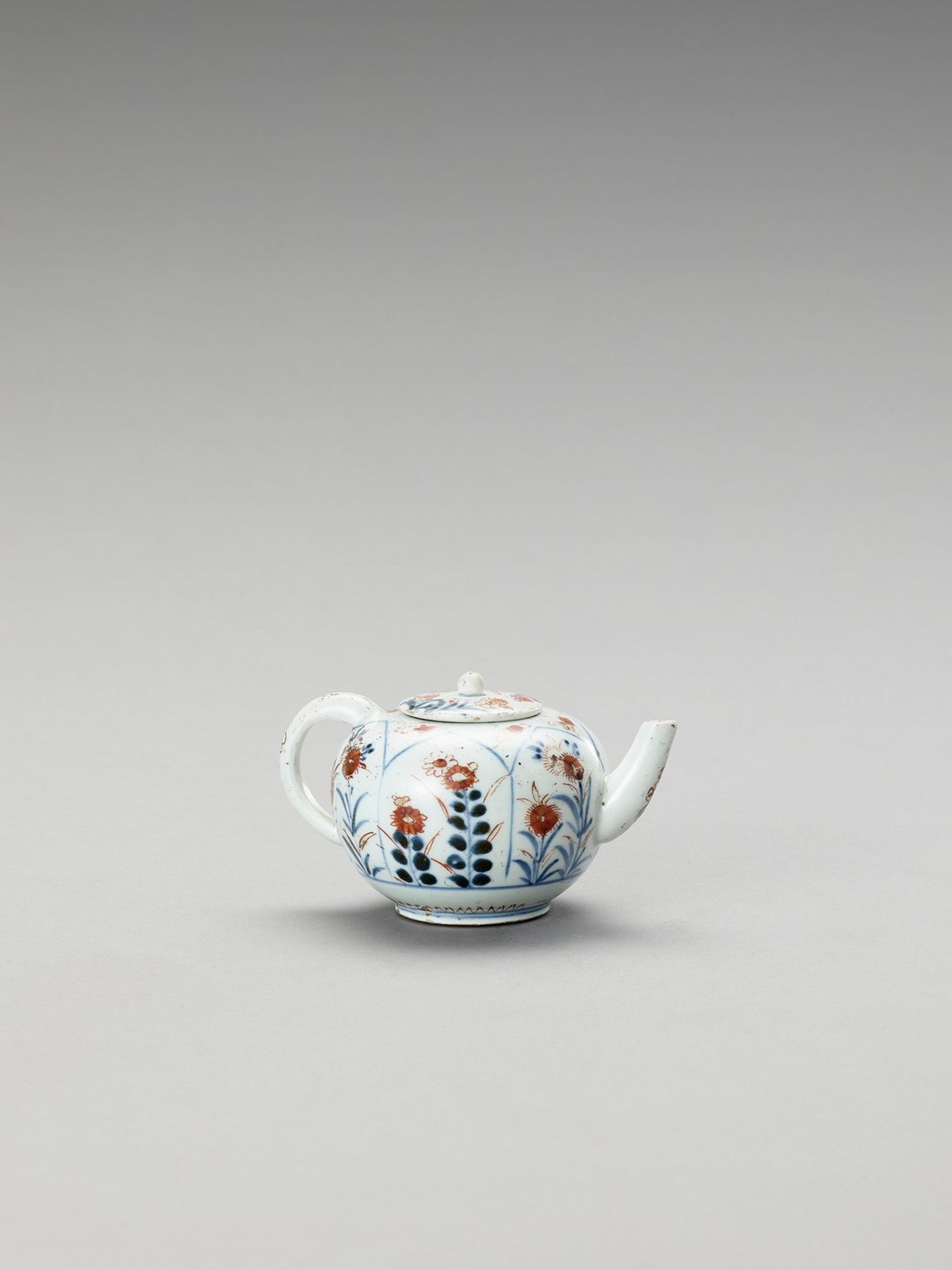 AN IMARI PORCELAIN TEAPOT WITH COVER