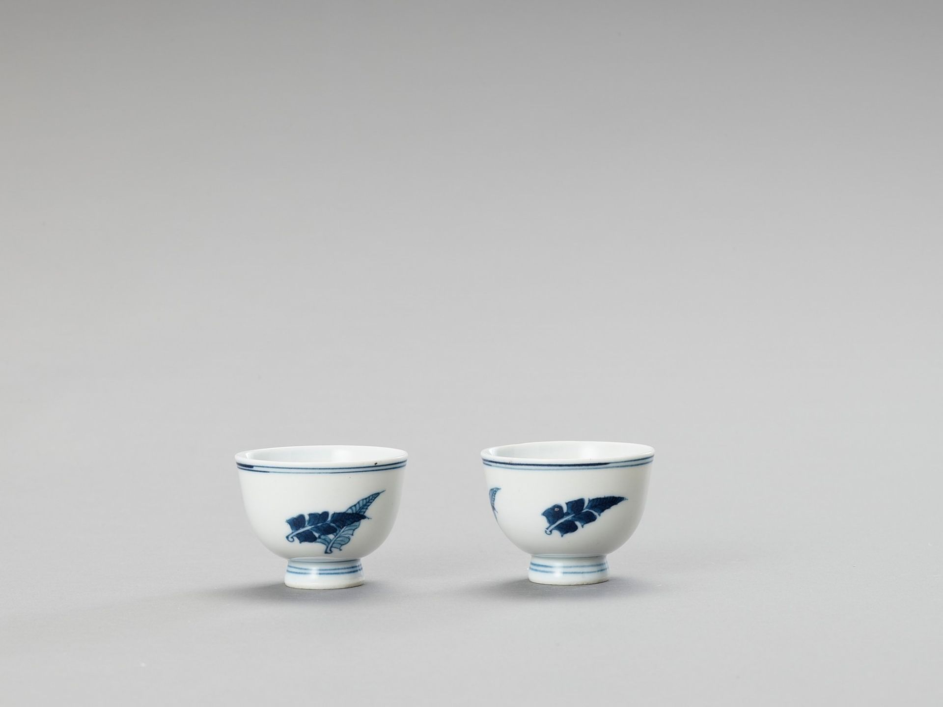 A SMALL PAIR OF BLUE AND WHITE PORCELAIN CUPS - Image 3 of 5