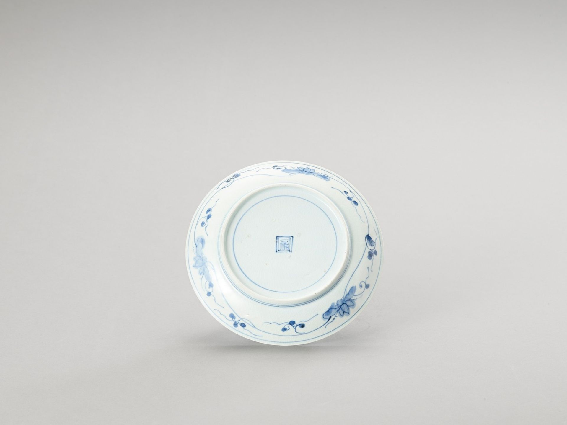 A BLUE AND WHITE PORCELAIN DISH - Image 3 of 4