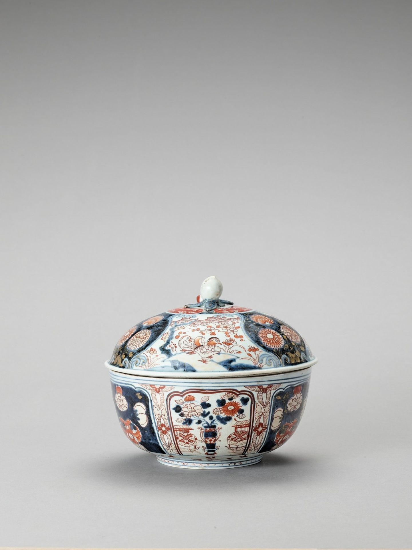AN IMARI PORCELAIN BOX WITH COVER - Image 4 of 7