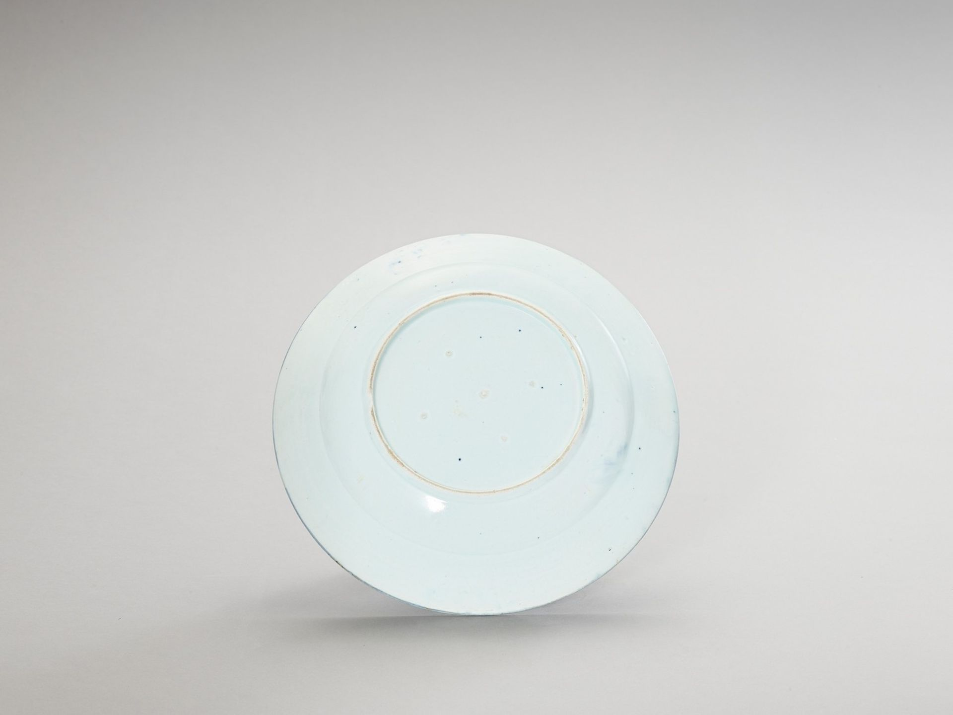 A BLUE AND WHITE 'FLORAL' PORCELAIN CHARGER - Image 3 of 4