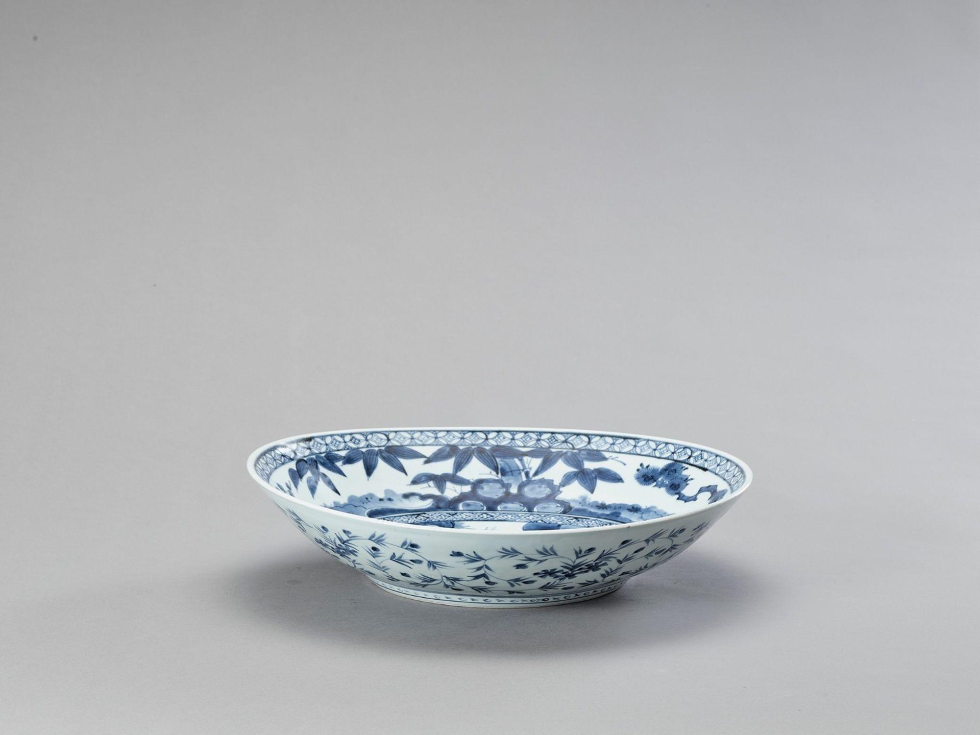 A BLUE AND WHITE ARITA PORCELAIN CHARGER - Bild 4 aus 5