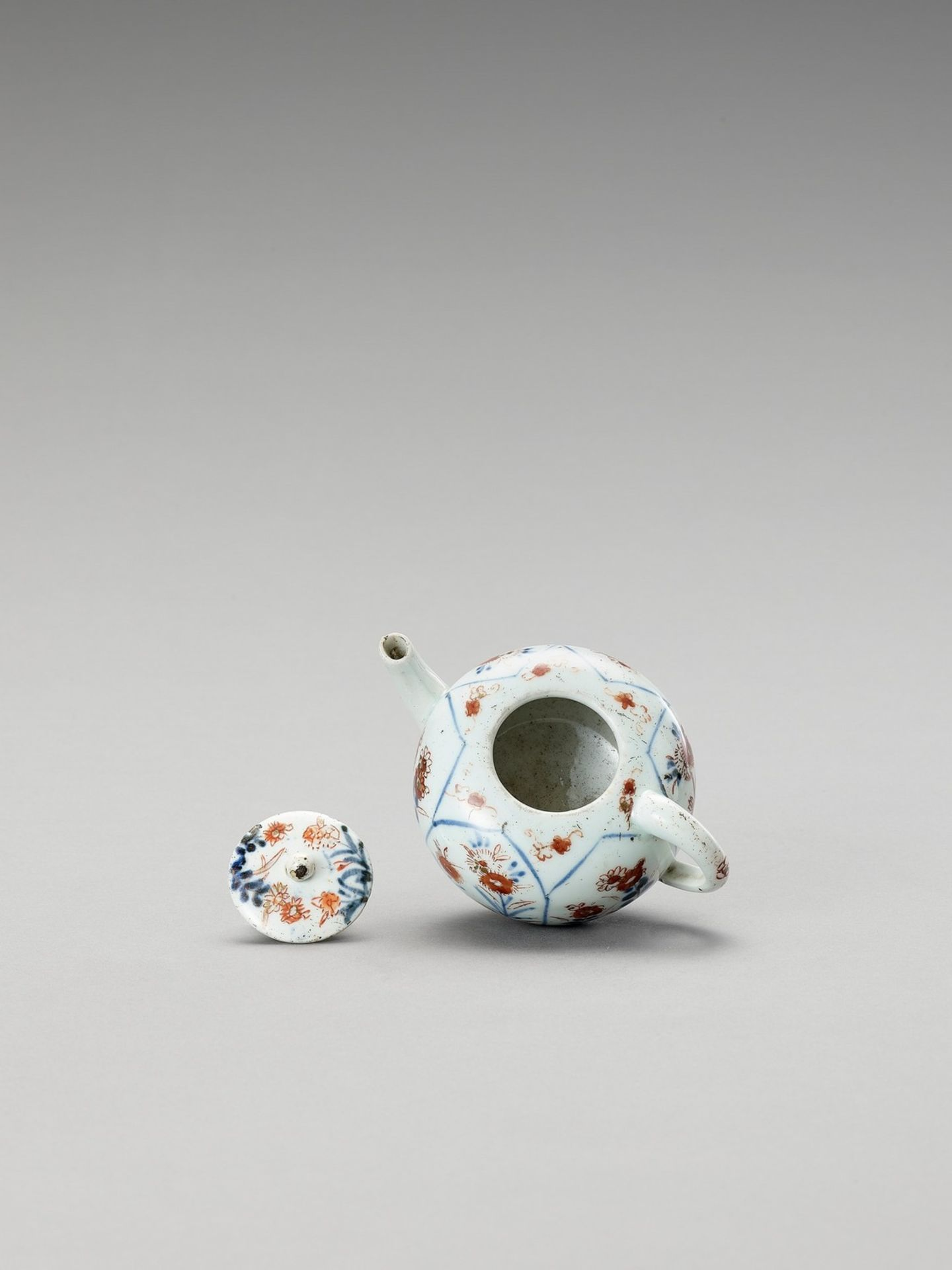 AN IMARI PORCELAIN TEAPOT WITH COVER - Image 6 of 6