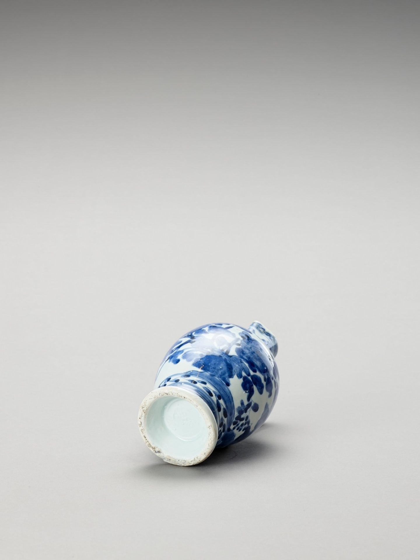A BLUE AND WHITE PORCELAIN JUG - Image 7 of 7