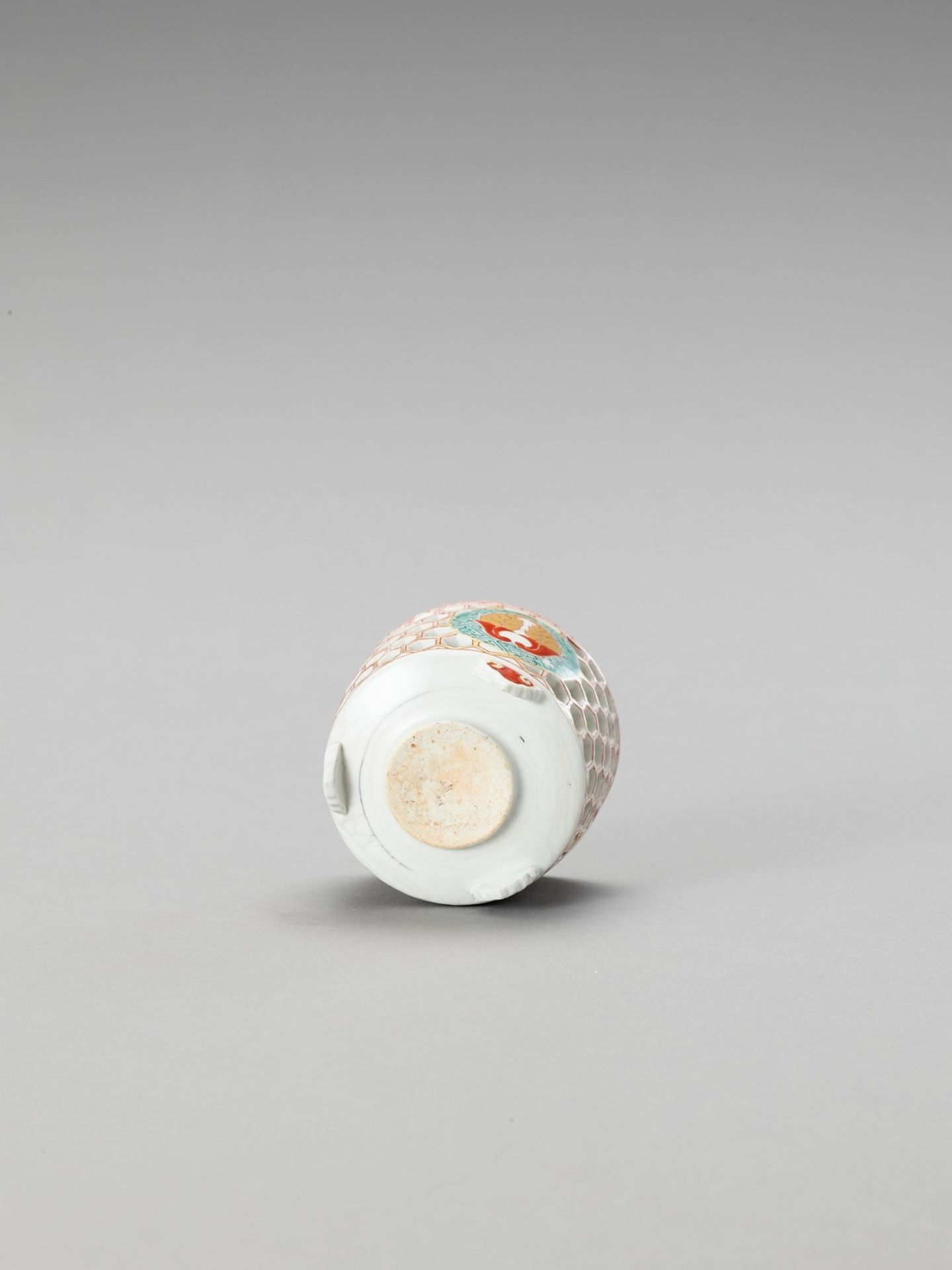 A RETICULATED IMARI PORCELAIN CENSER - Bild 5 aus 6