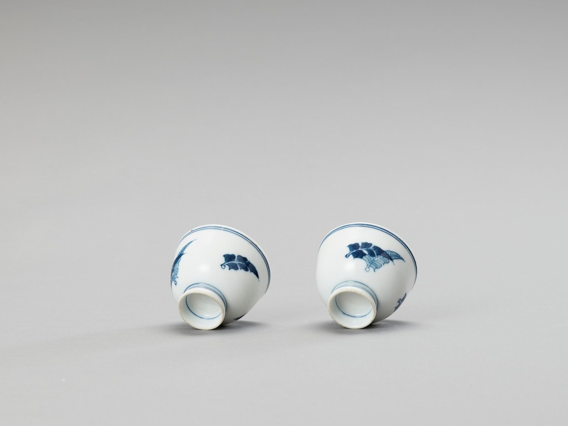A SMALL PAIR OF BLUE AND WHITE PORCELAIN CUPS - Image 4 of 5