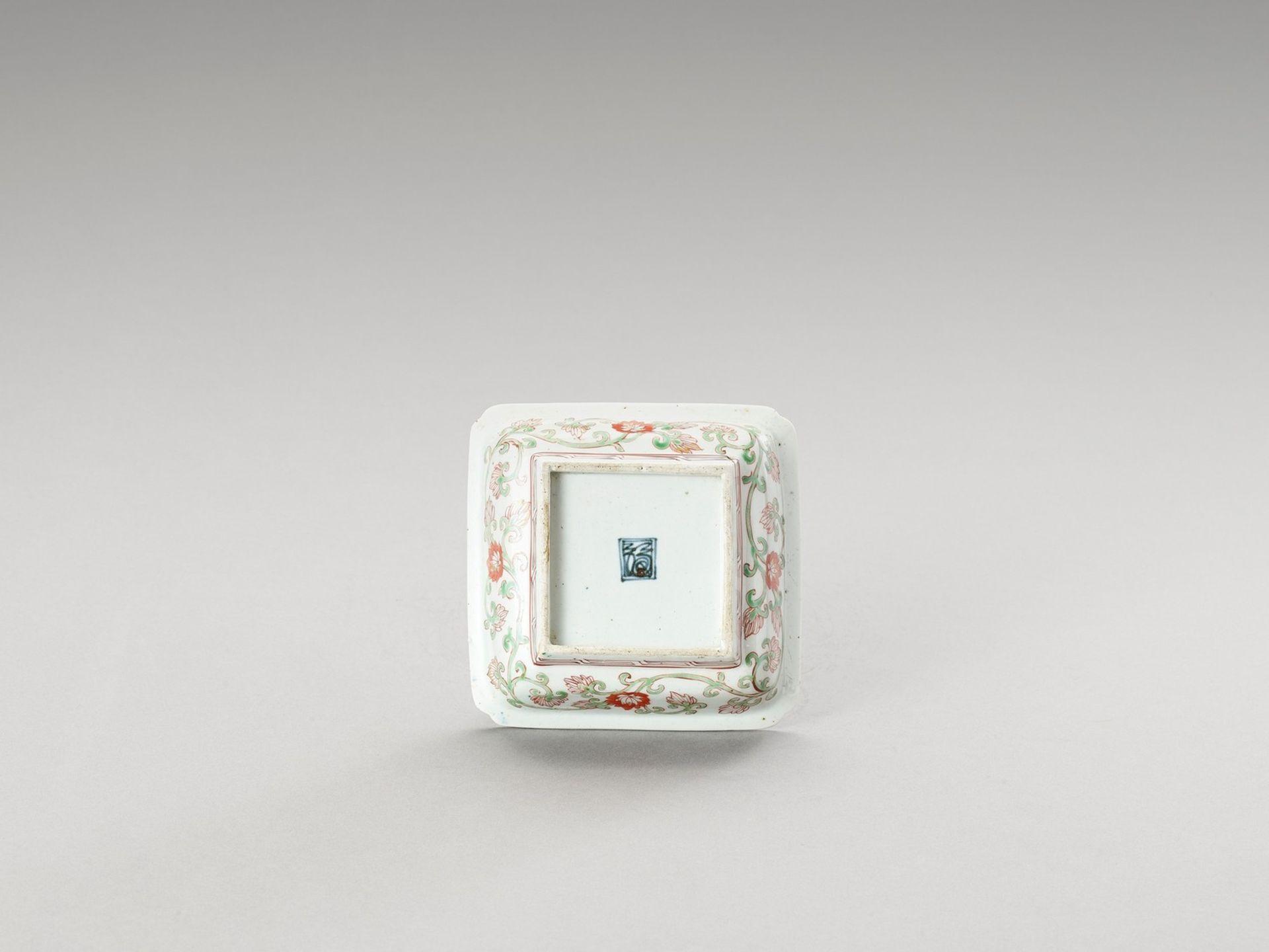 A SMALL SQUARE IMARI PORCELAIN DISH - Image 4 of 4