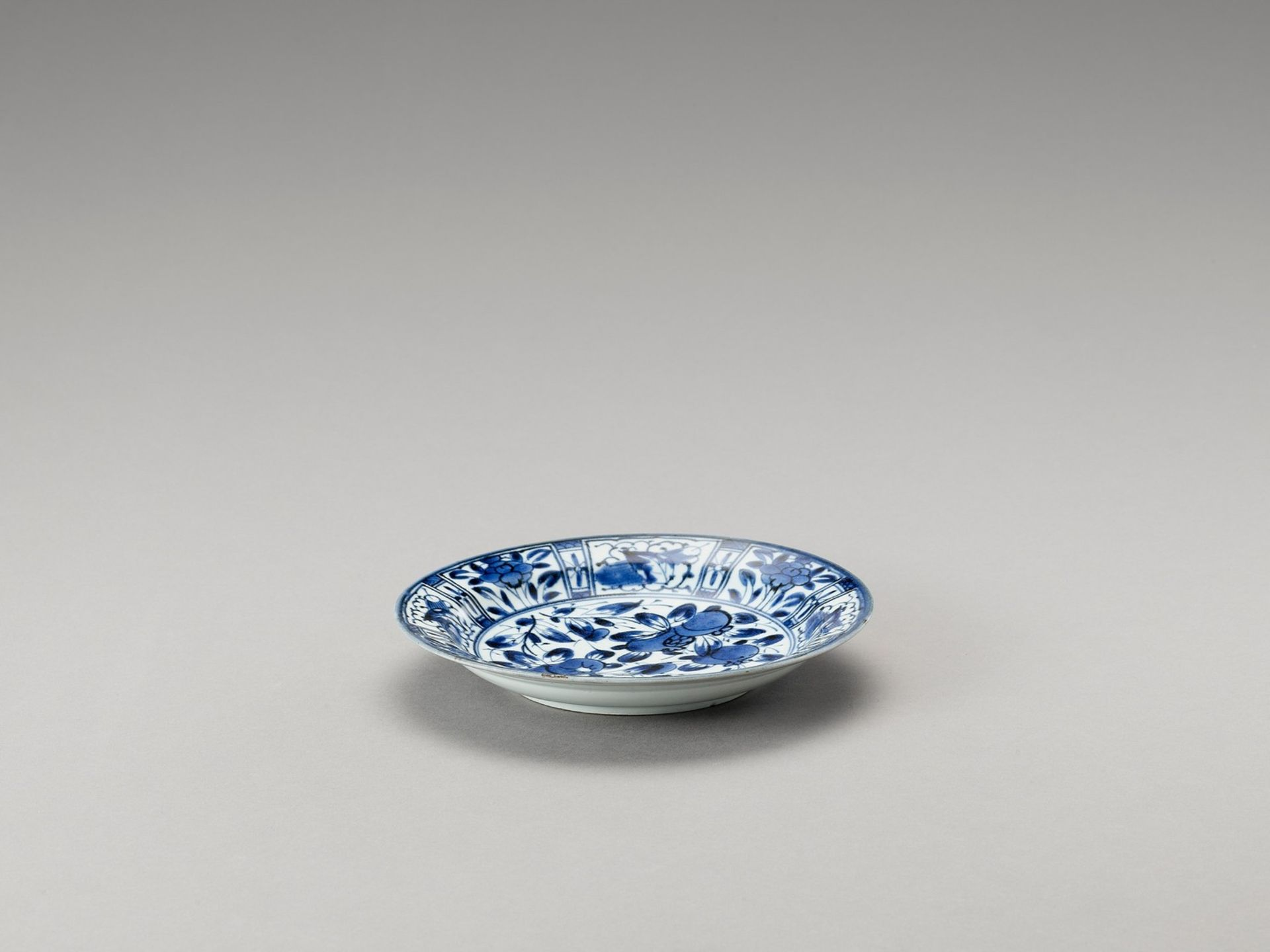 A BLUE AND WHITE 'FLORAL' PORCELAIN DISH - Image 2 of 4