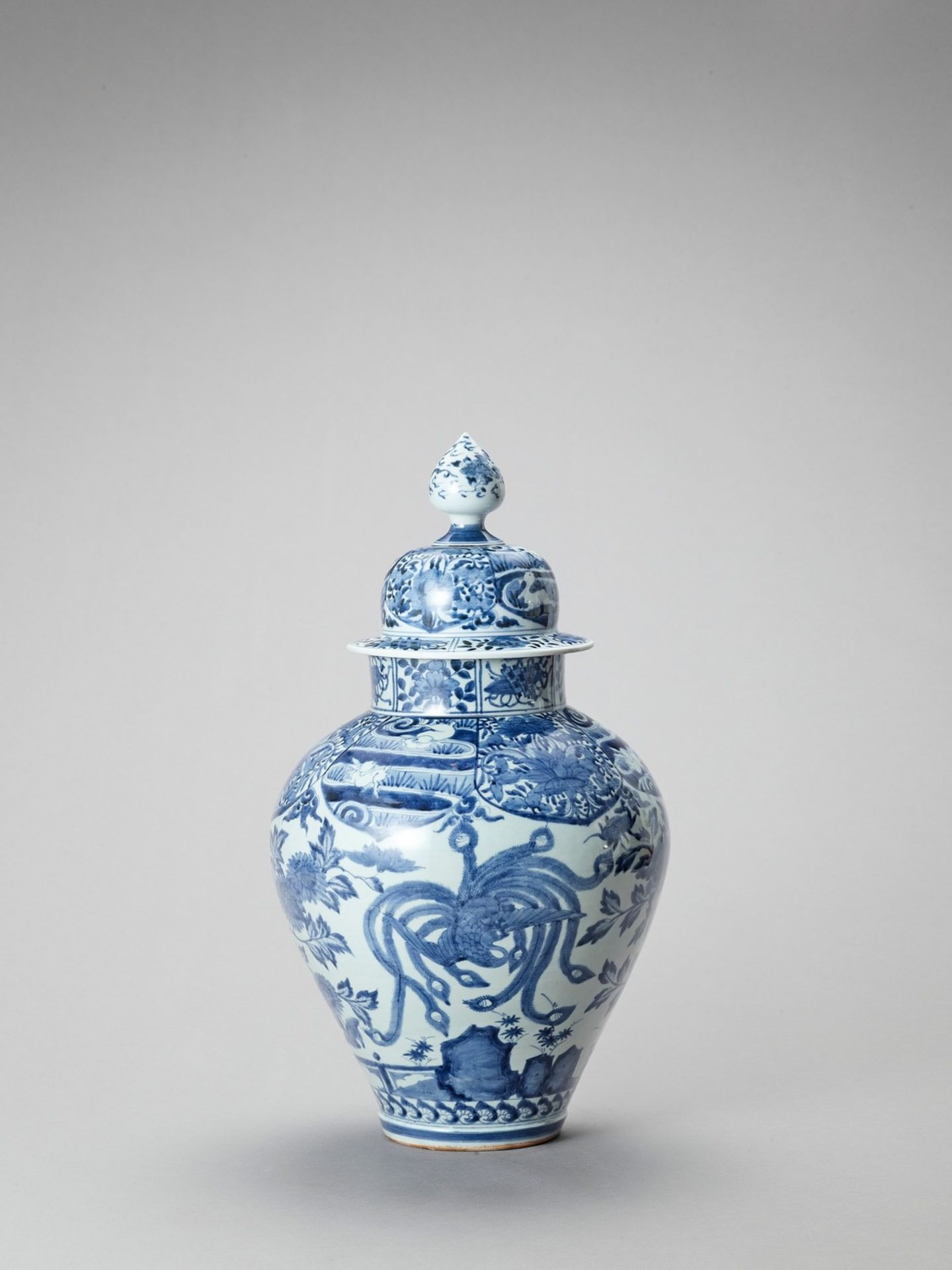 A LARGE BLUE AND WHITE PORCELAIN JAR AND COVER - Image 3 of 6