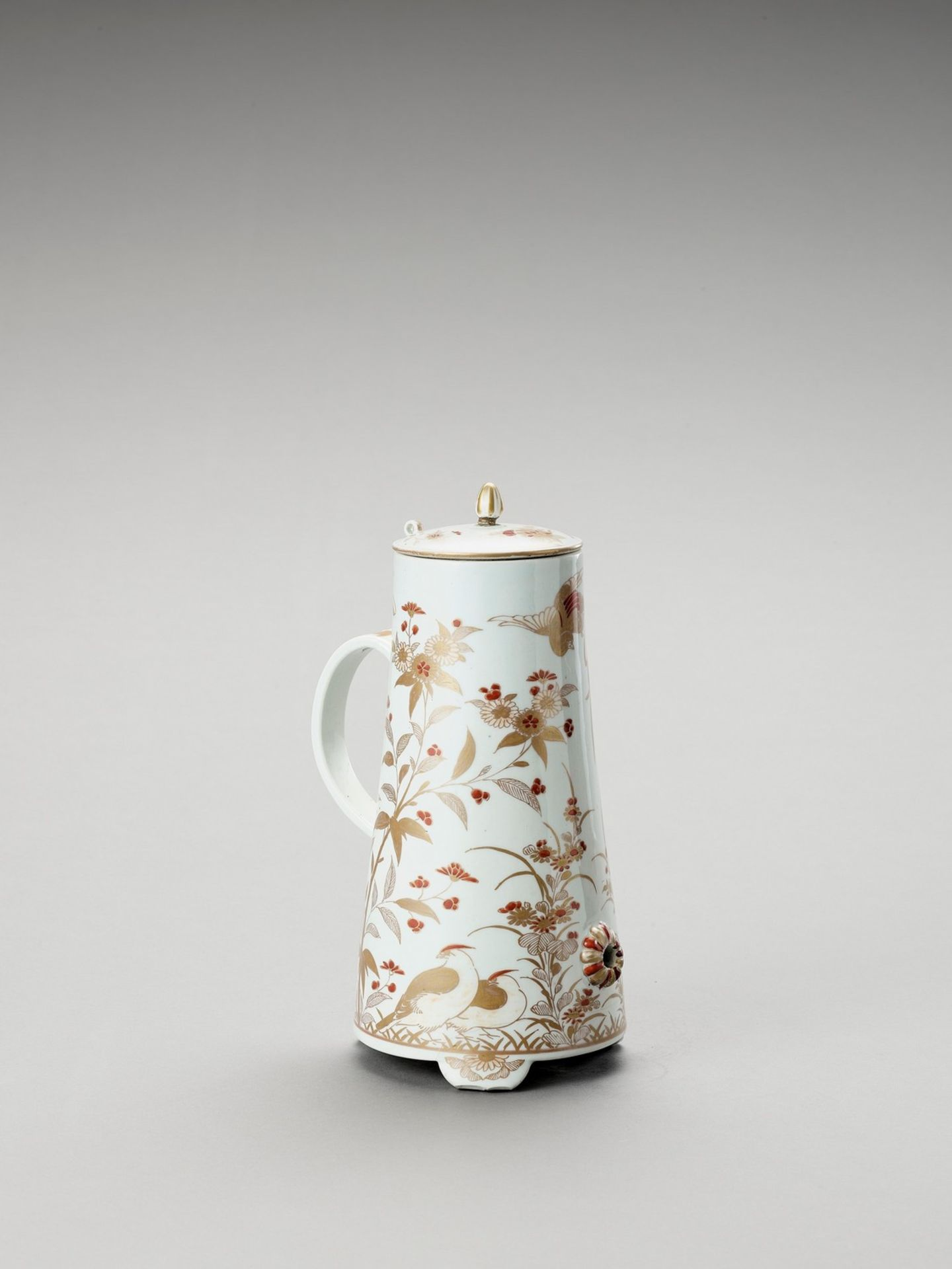AN IMARI PORCELAIN COFFEE POT AND COVER