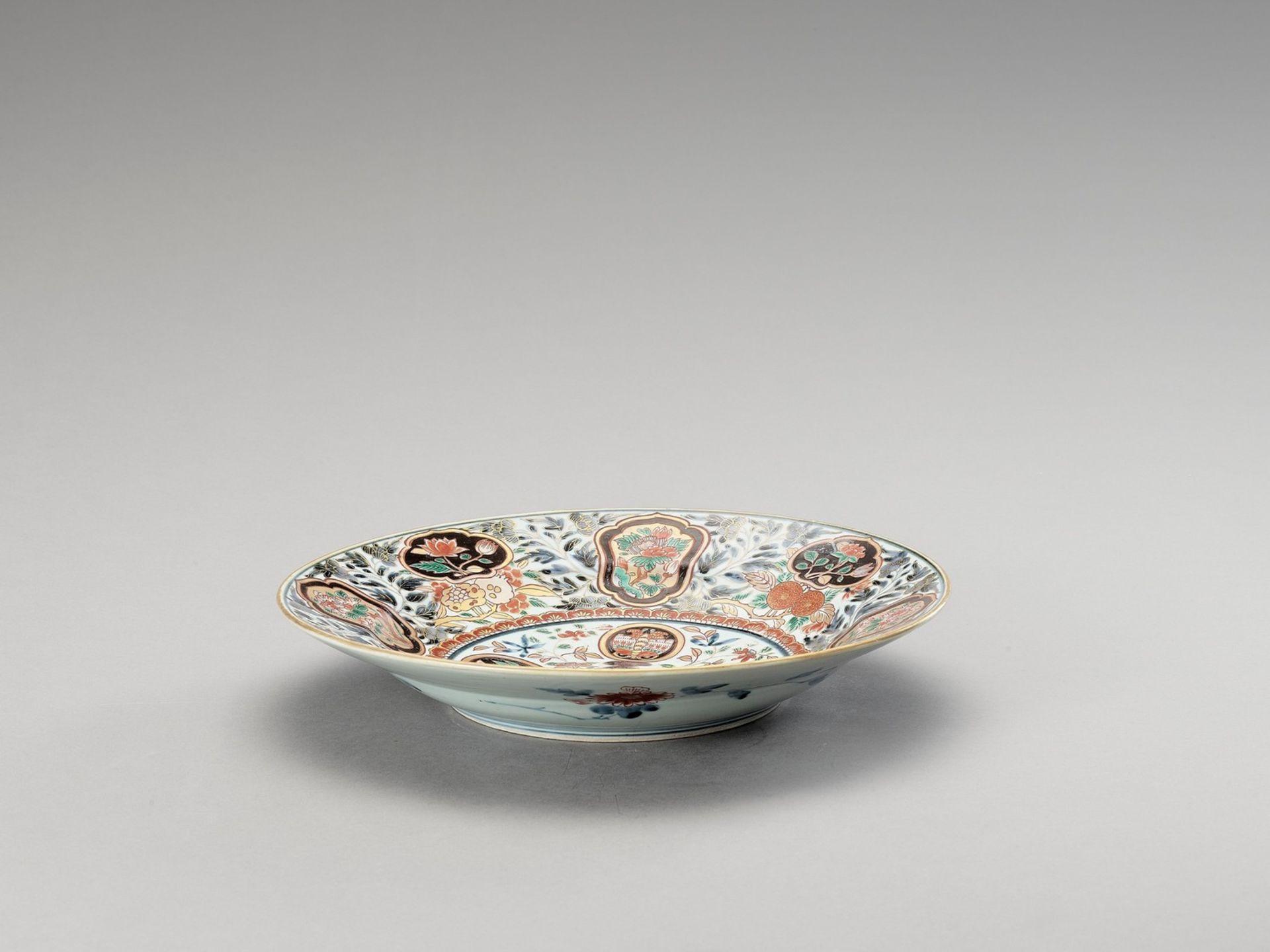 A LARGE 'FLORAL' IMARI PORCELAIN PLATE - Bild 4 aus 4