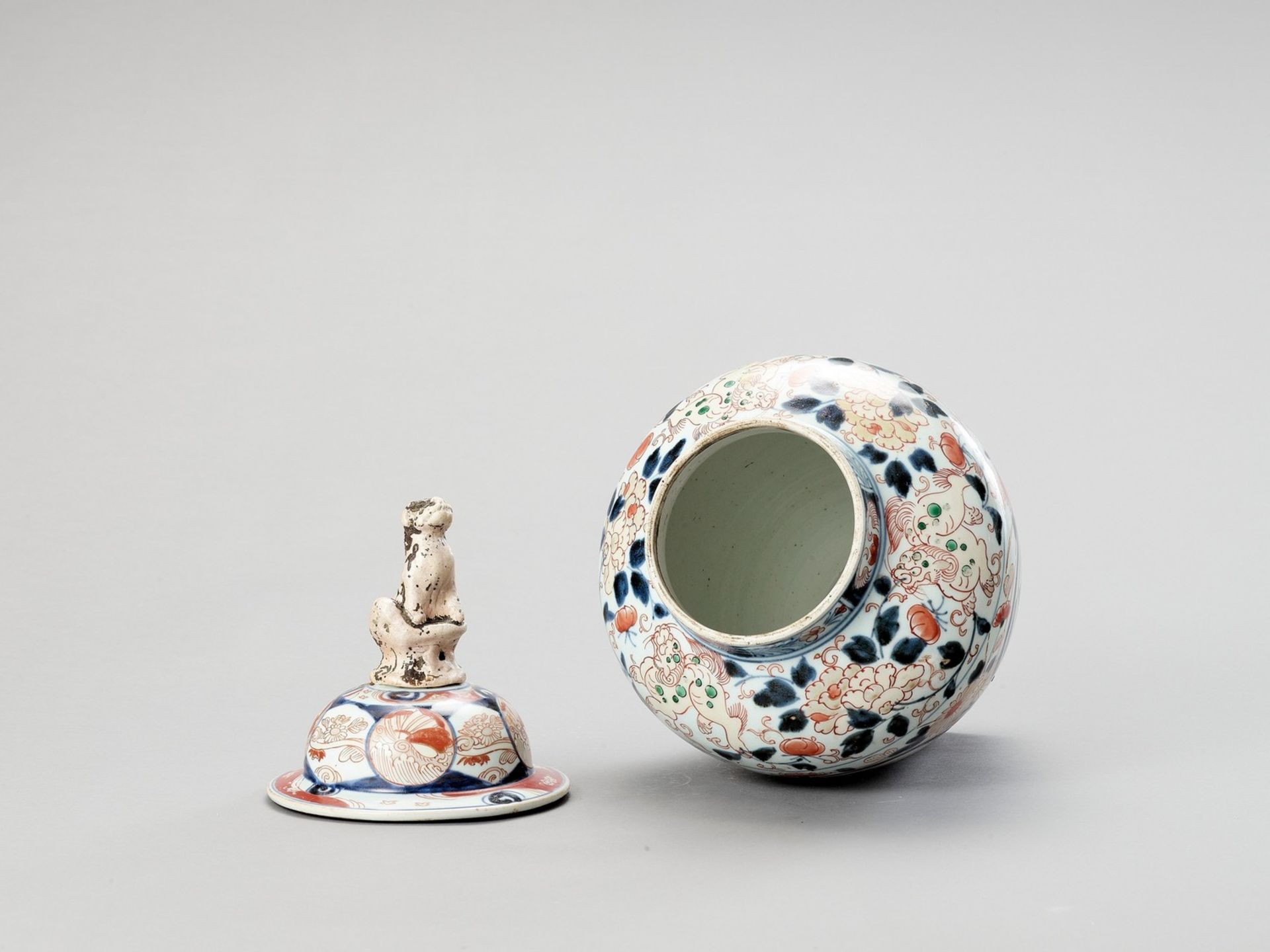 A LARGE IMARI PORCELAIN VASE AND COVER - Image 4 of 5