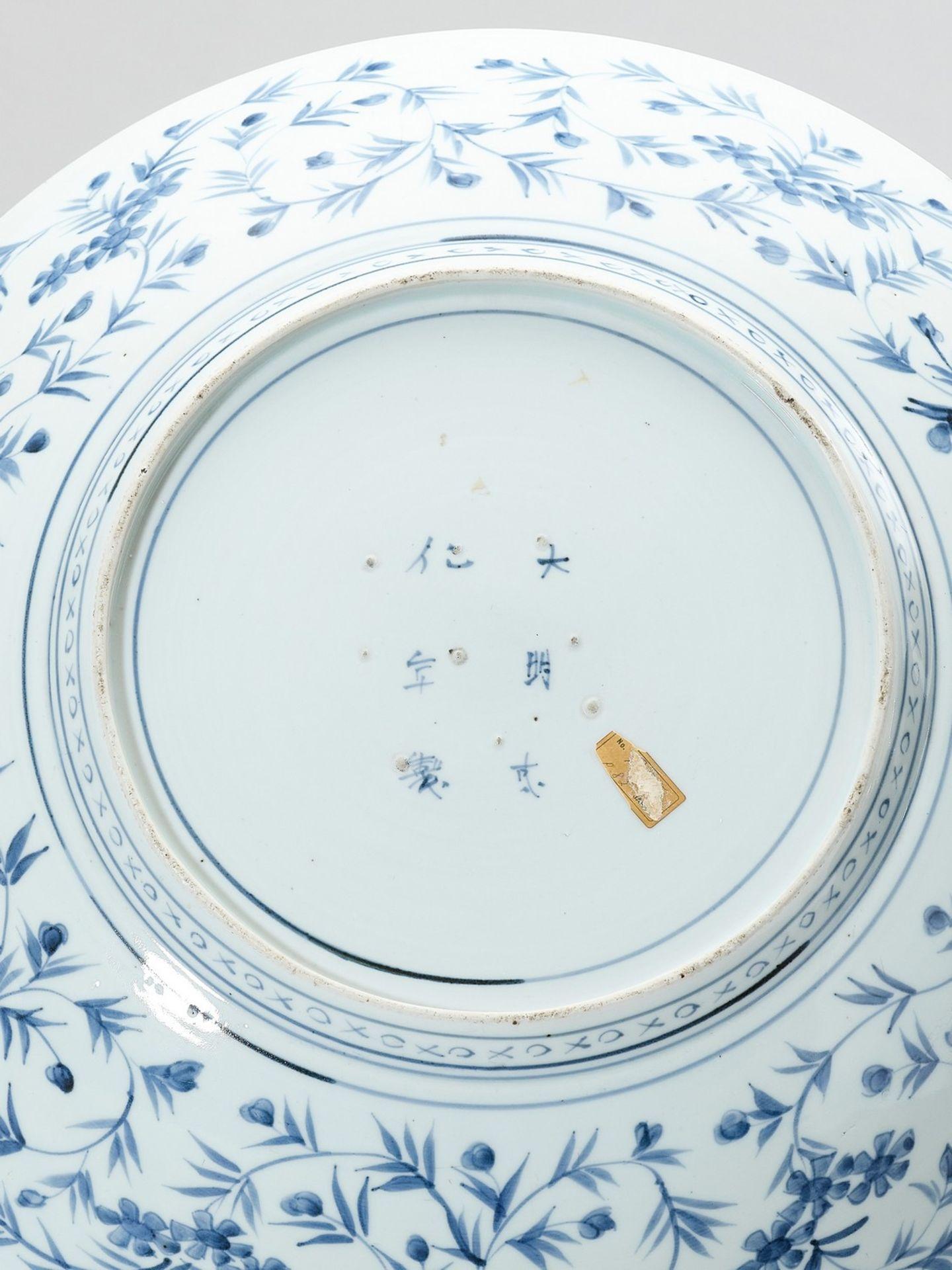 A BLUE AND WHITE ARITA PORCELAIN CHARGER - Bild 5 aus 5