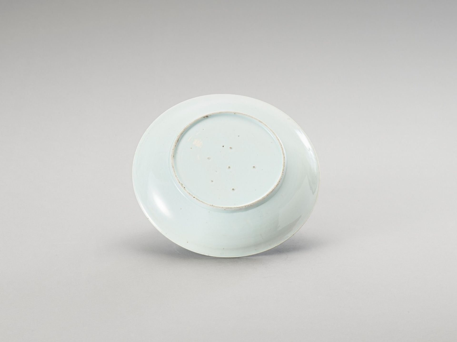 A BLUE AND WHITE 'FLORAL' PORCELAIN DISH - Image 3 of 4