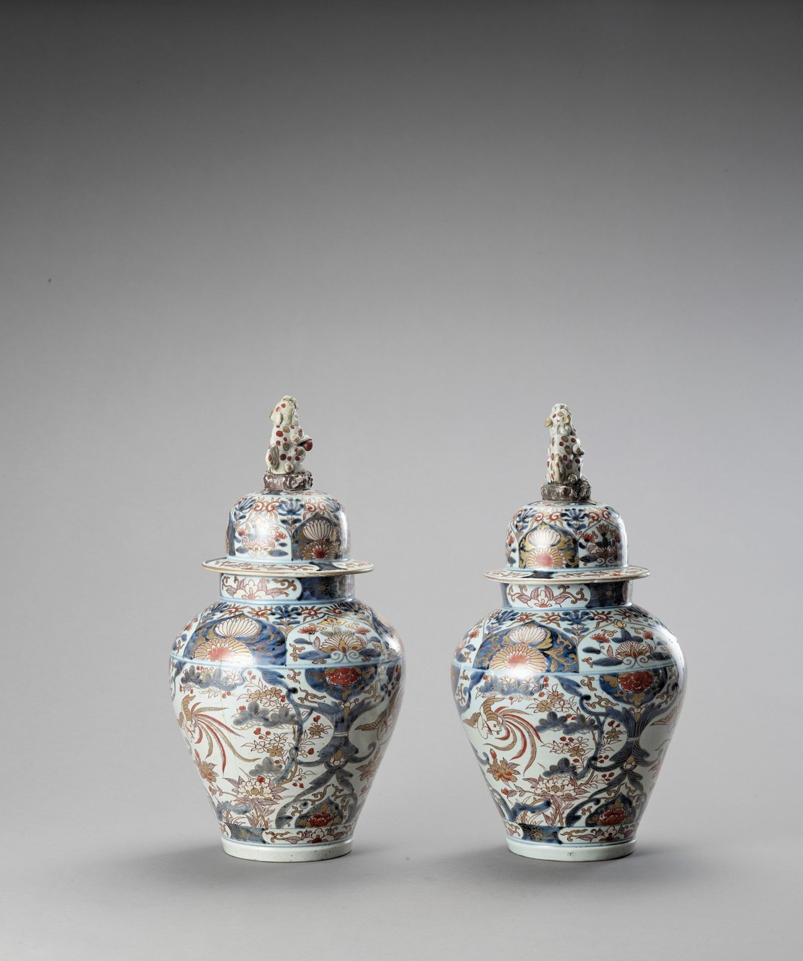 A LARGE PAIR OF IMARI PORCELAIN VASES AND COVERS - Image 4 of 6