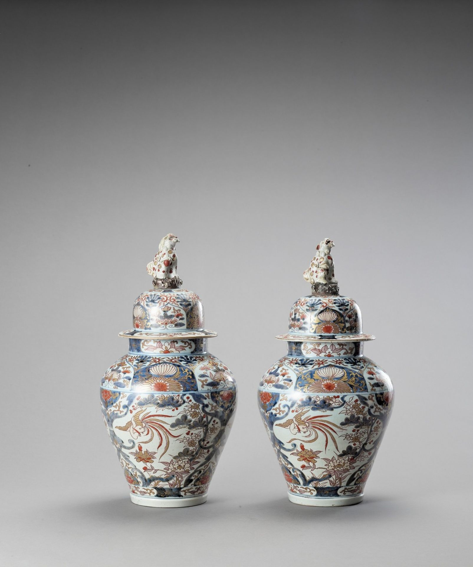 A LARGE PAIR OF IMARI PORCELAIN VASES AND COVERS - Image 3 of 6