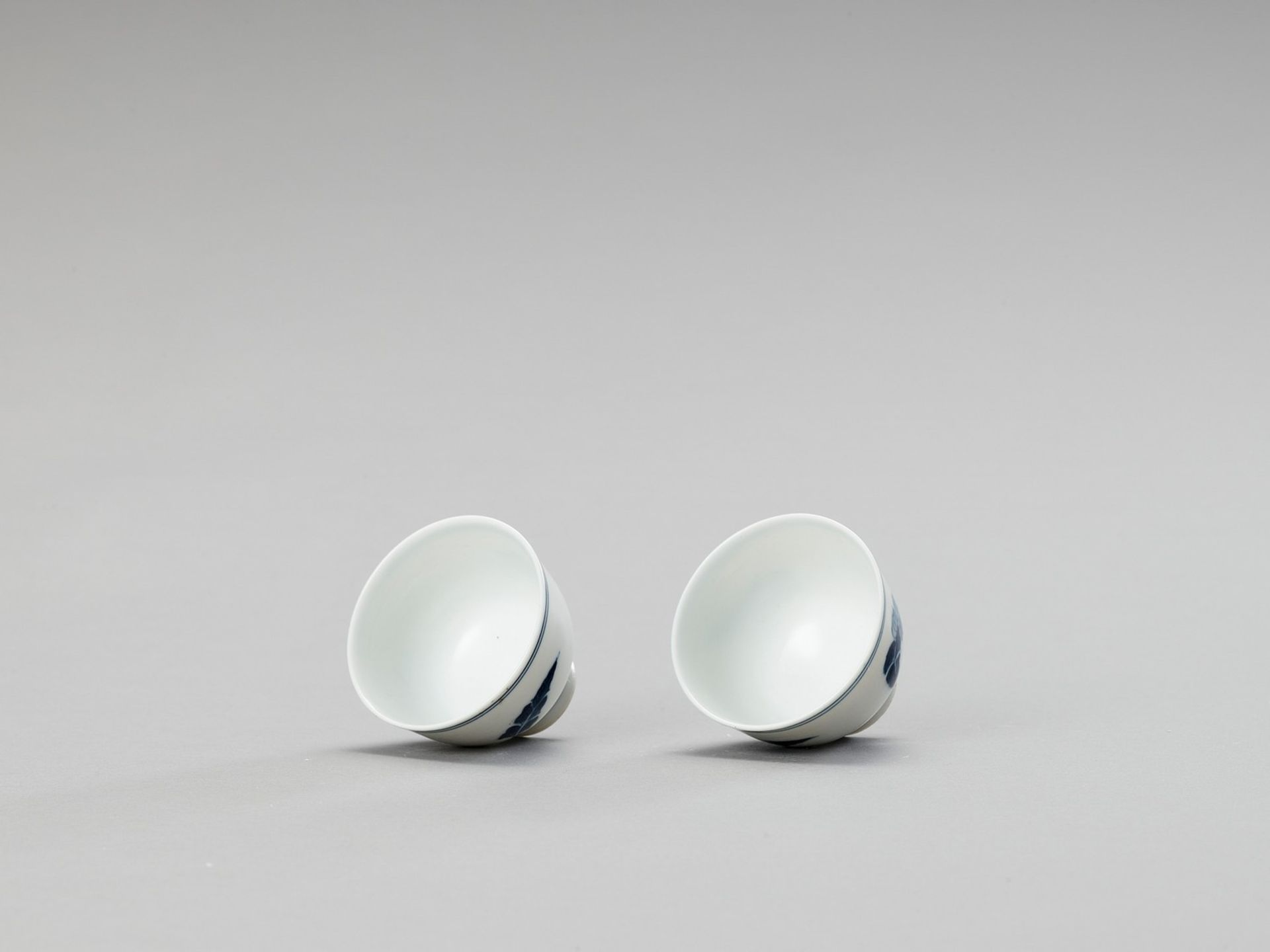 A SMALL PAIR OF BLUE AND WHITE PORCELAIN CUPS - Image 2 of 5