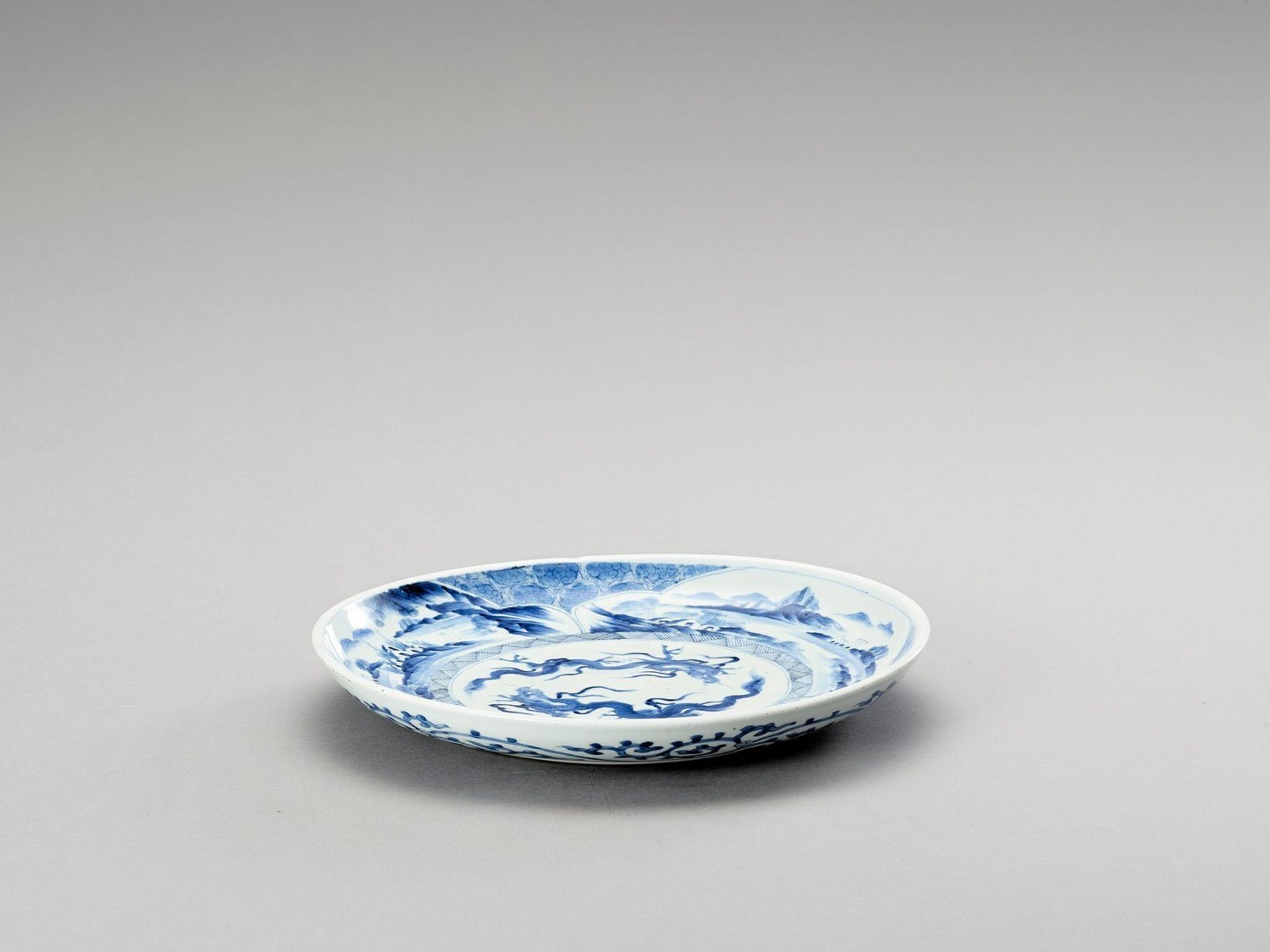 A BLUE AND WHITE PORCELAIN 'DRAGON' PLATE - Bild 4 aus 4
