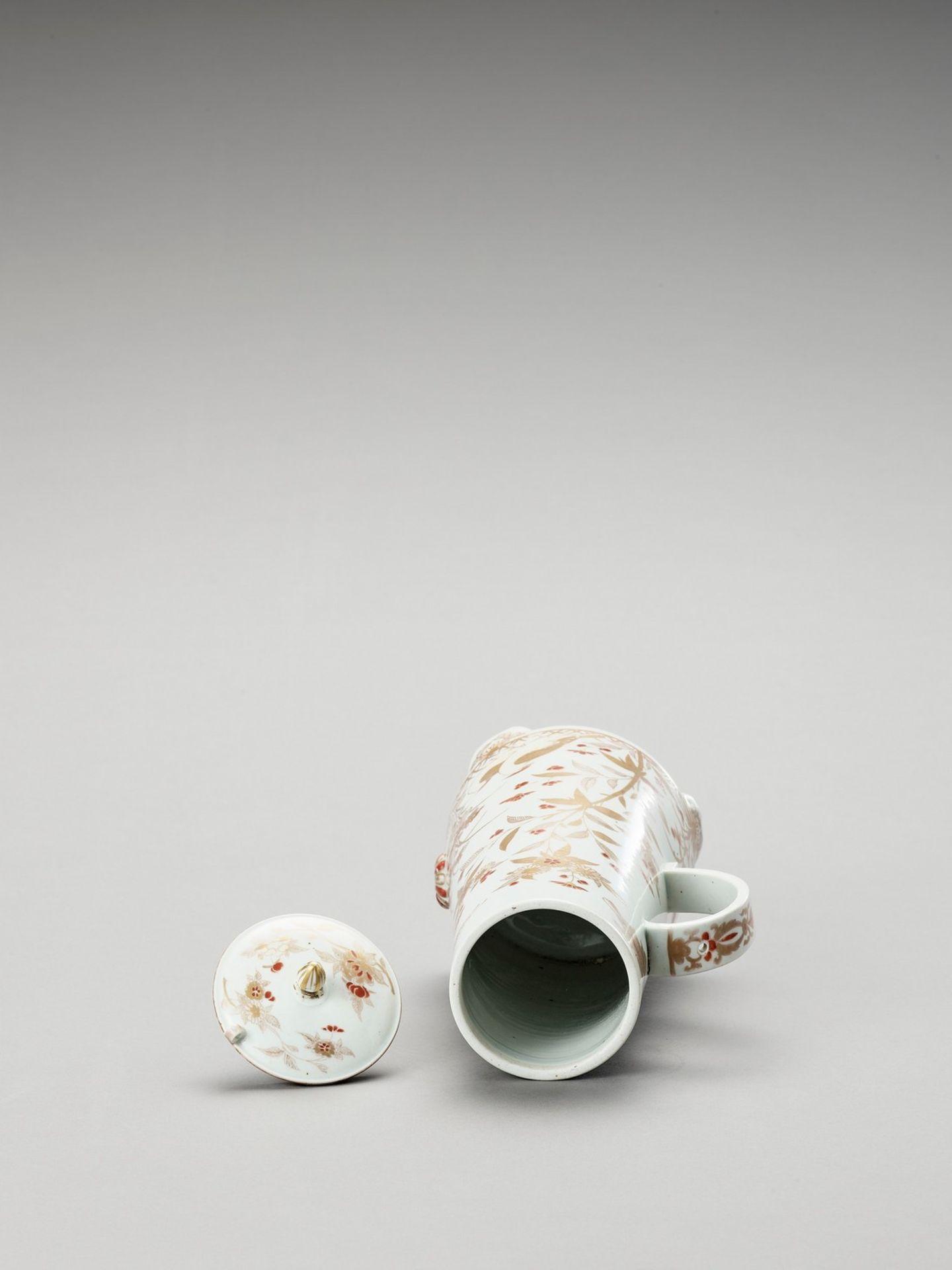 AN IMARI PORCELAIN COFFEE POT AND COVER - Bild 5 aus 6