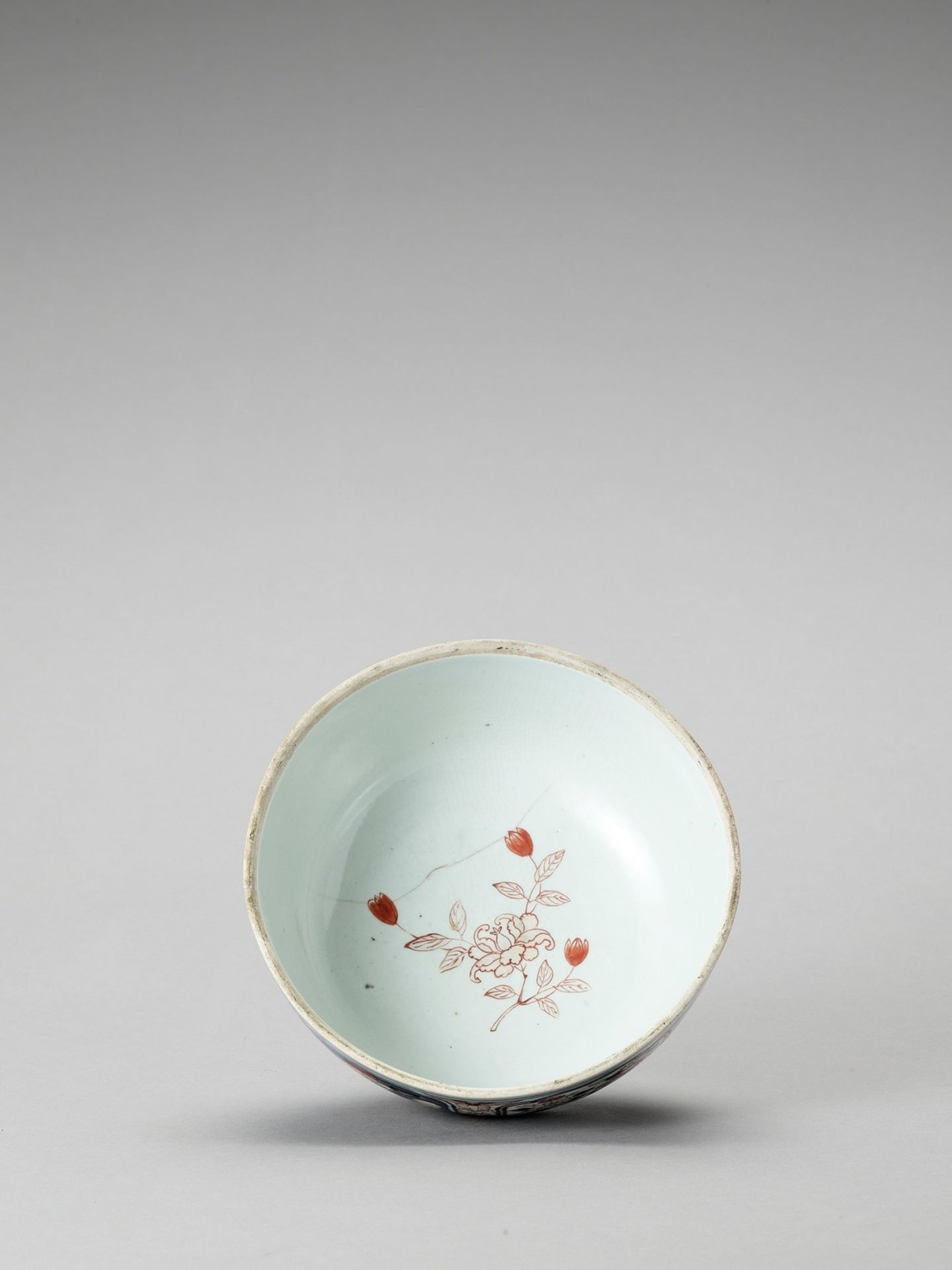 AN IMARI PORCELAIN BOX WITH COVER - Image 5 of 7