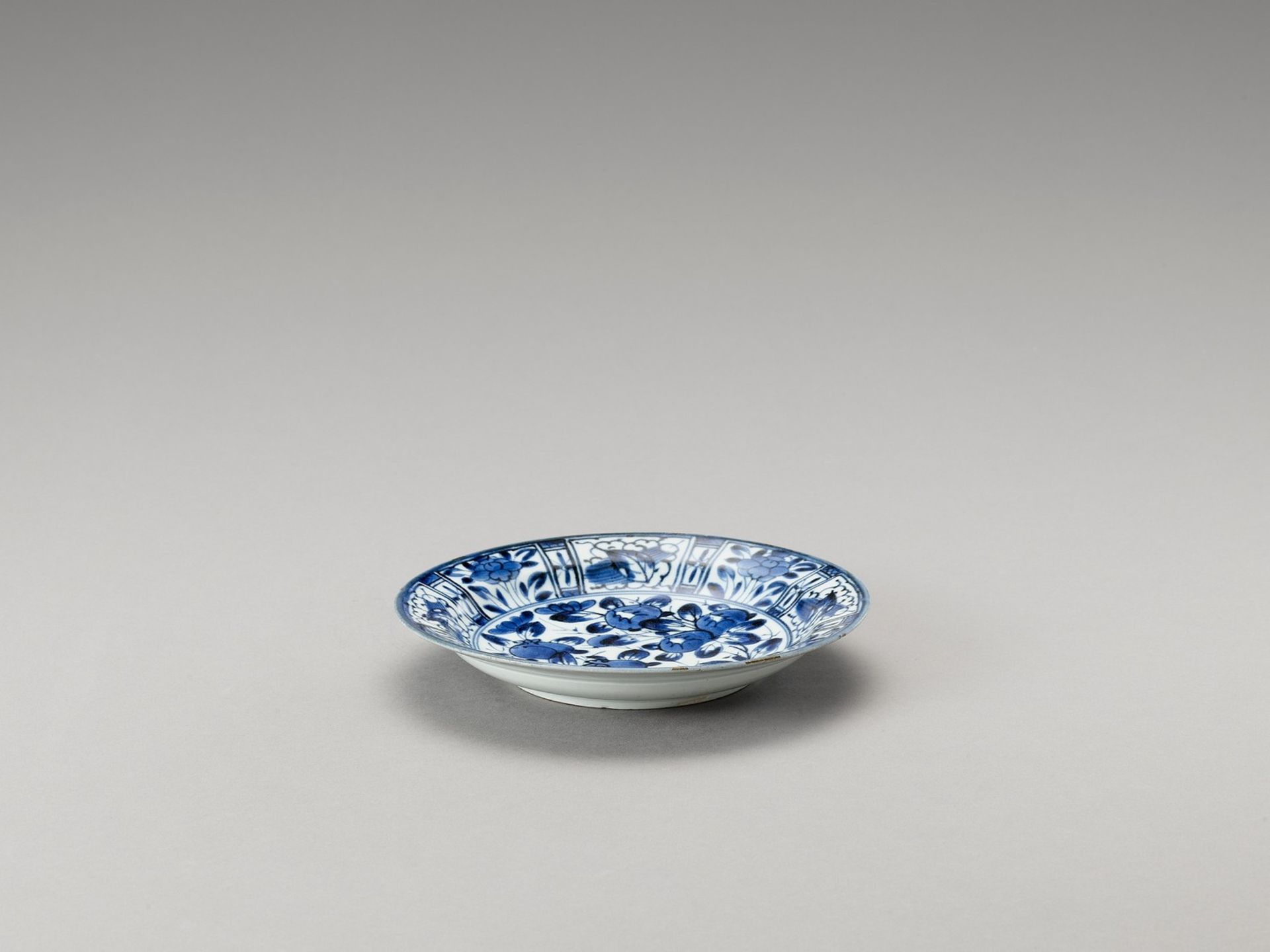 A BLUE AND WHITE 'FLORAL' PORCELAIN DISH - Image 4 of 4