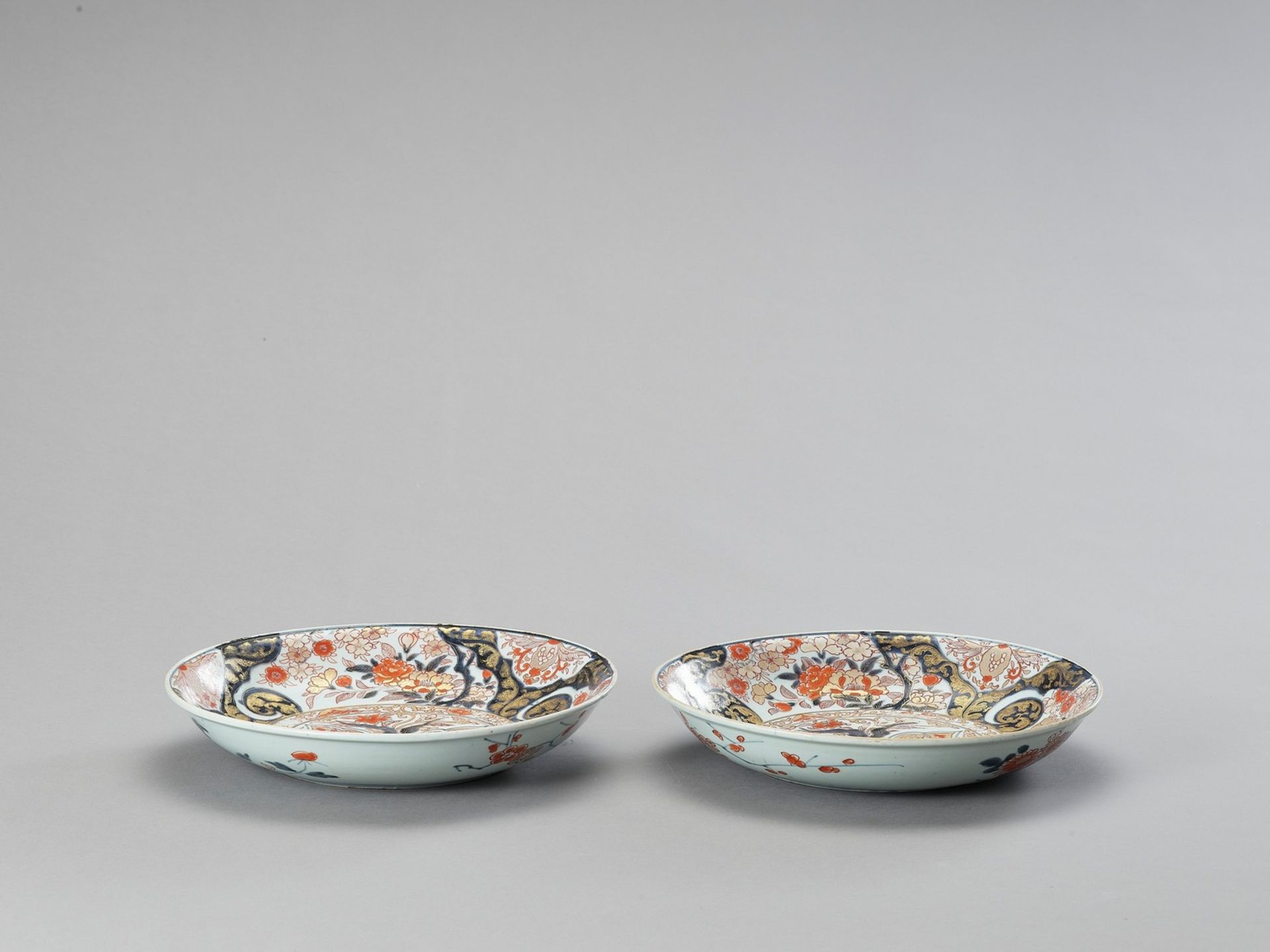 A PAIR OF IMARI PORCELAIN DISHES - Image 2 of 4