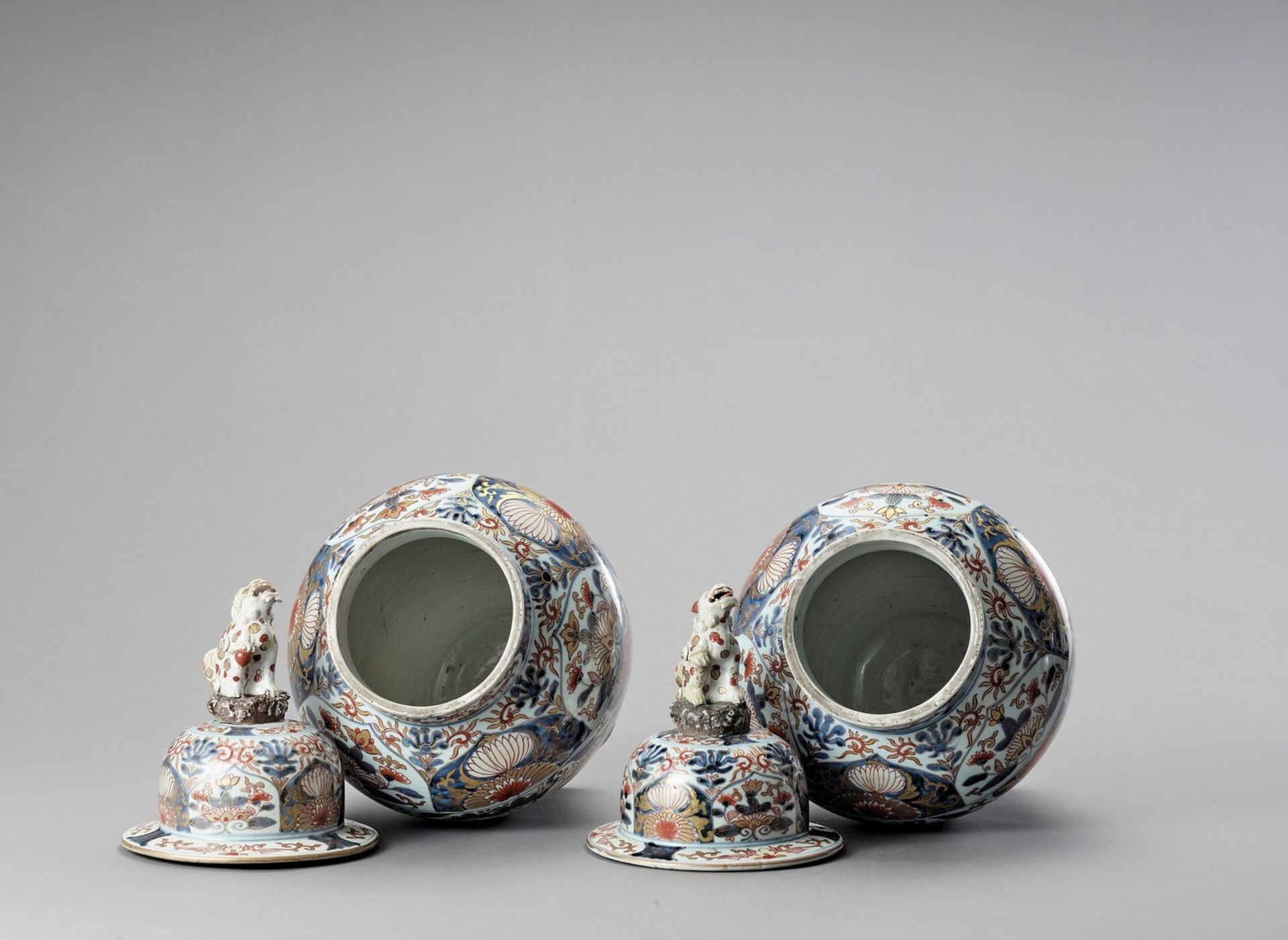 A LARGE PAIR OF IMARI PORCELAIN VASES AND COVERS - Image 5 of 6