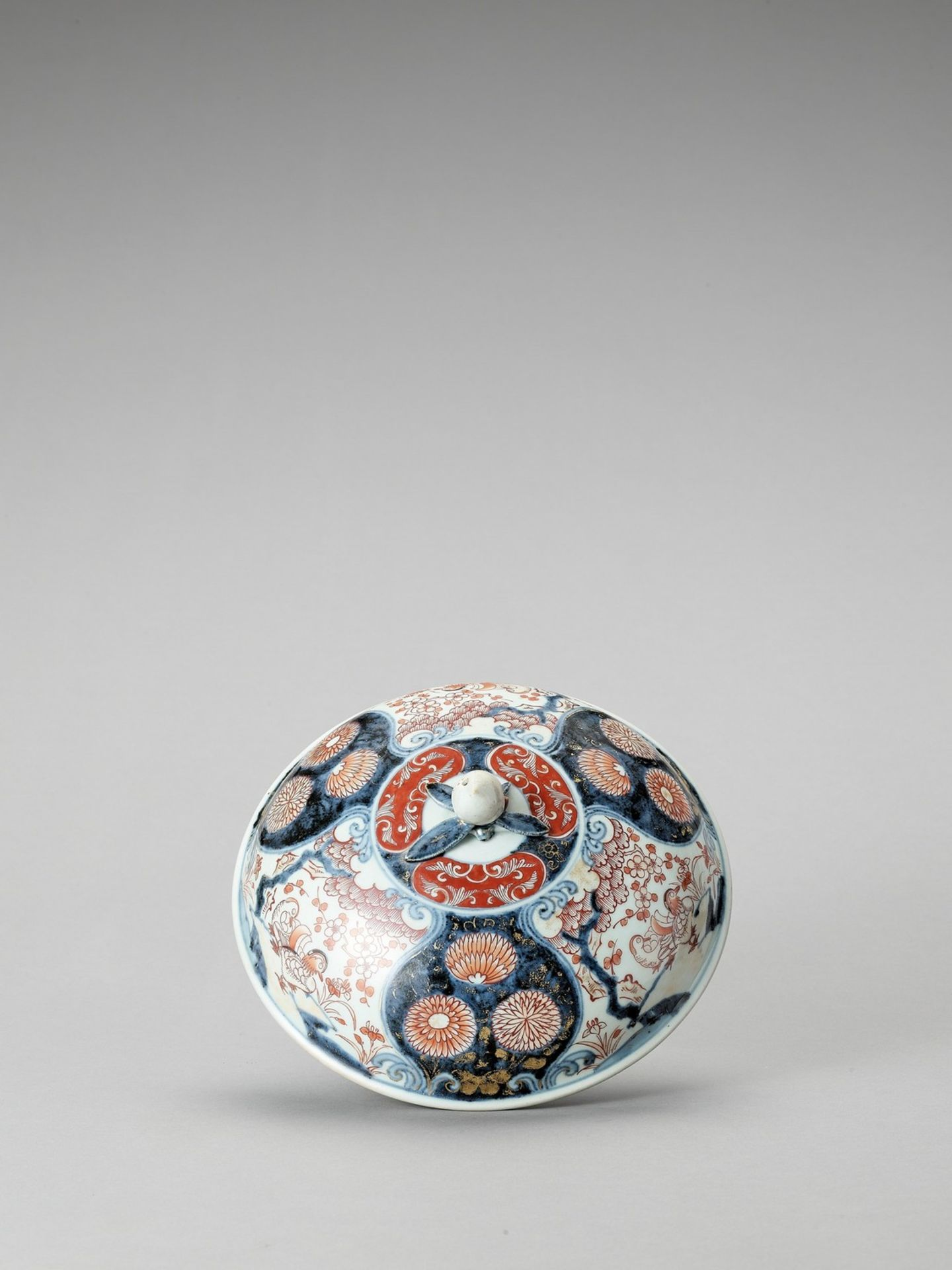 AN IMARI PORCELAIN BOX WITH COVER - Image 6 of 7