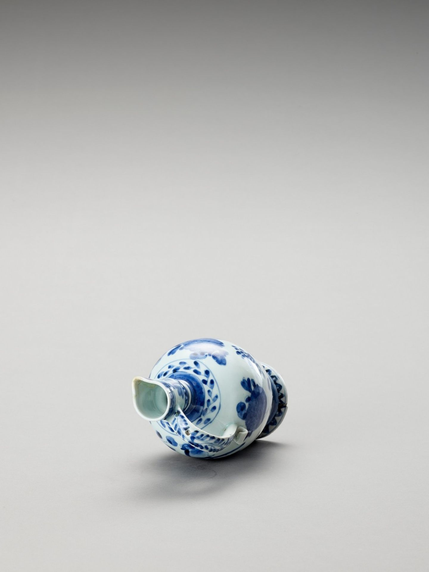 A BLUE AND WHITE PORCELAIN JUG - Image 6 of 7