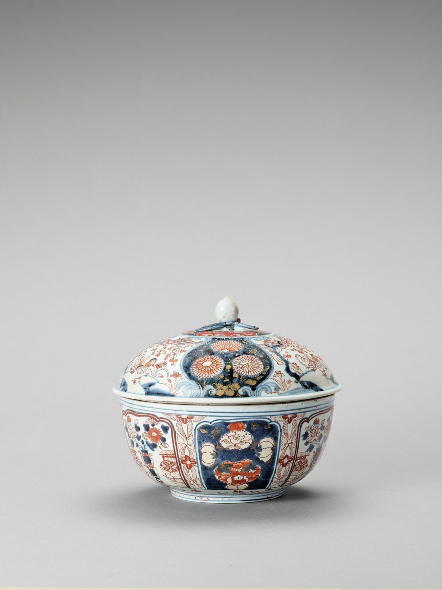 AN IMARI PORCELAIN BOX WITH COVER - Image 3 of 7