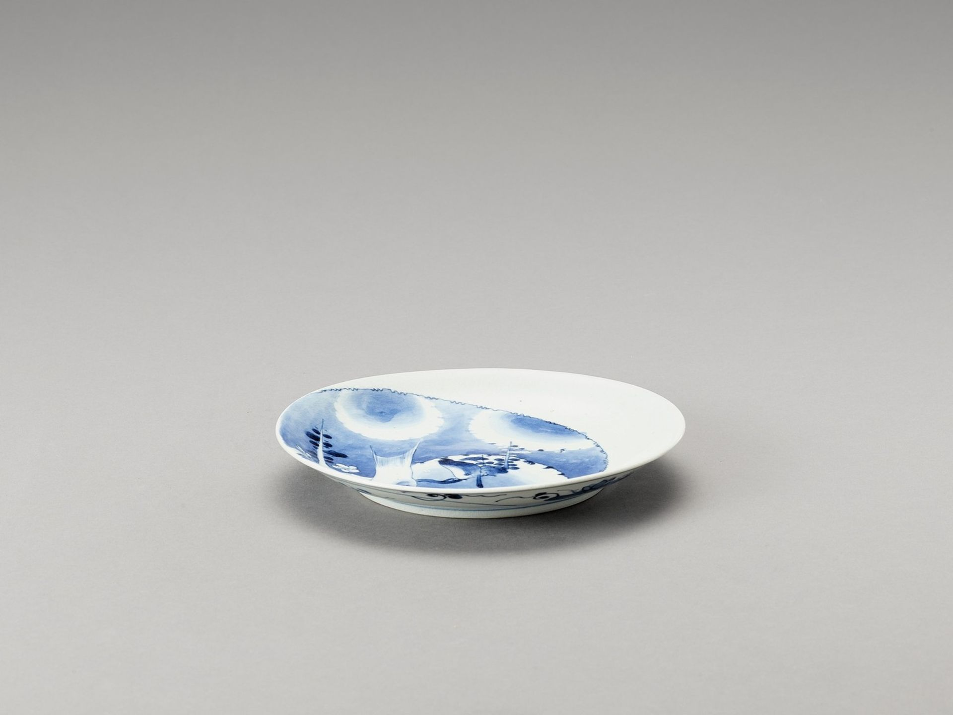 A BLUE AND WHITE PORCELAIN DISH - Image 2 of 4