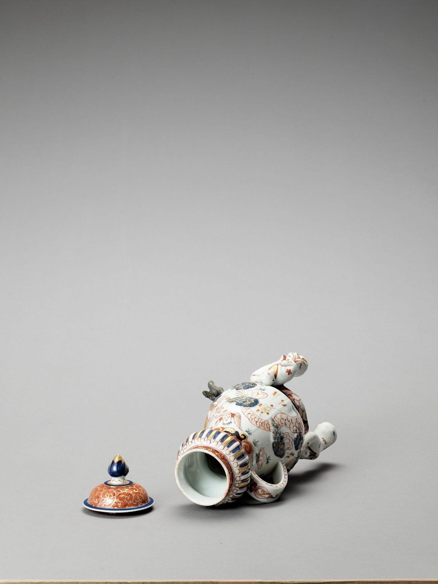 AN IMARI PORCELAIN COFFEE POT - Image 6 of 7