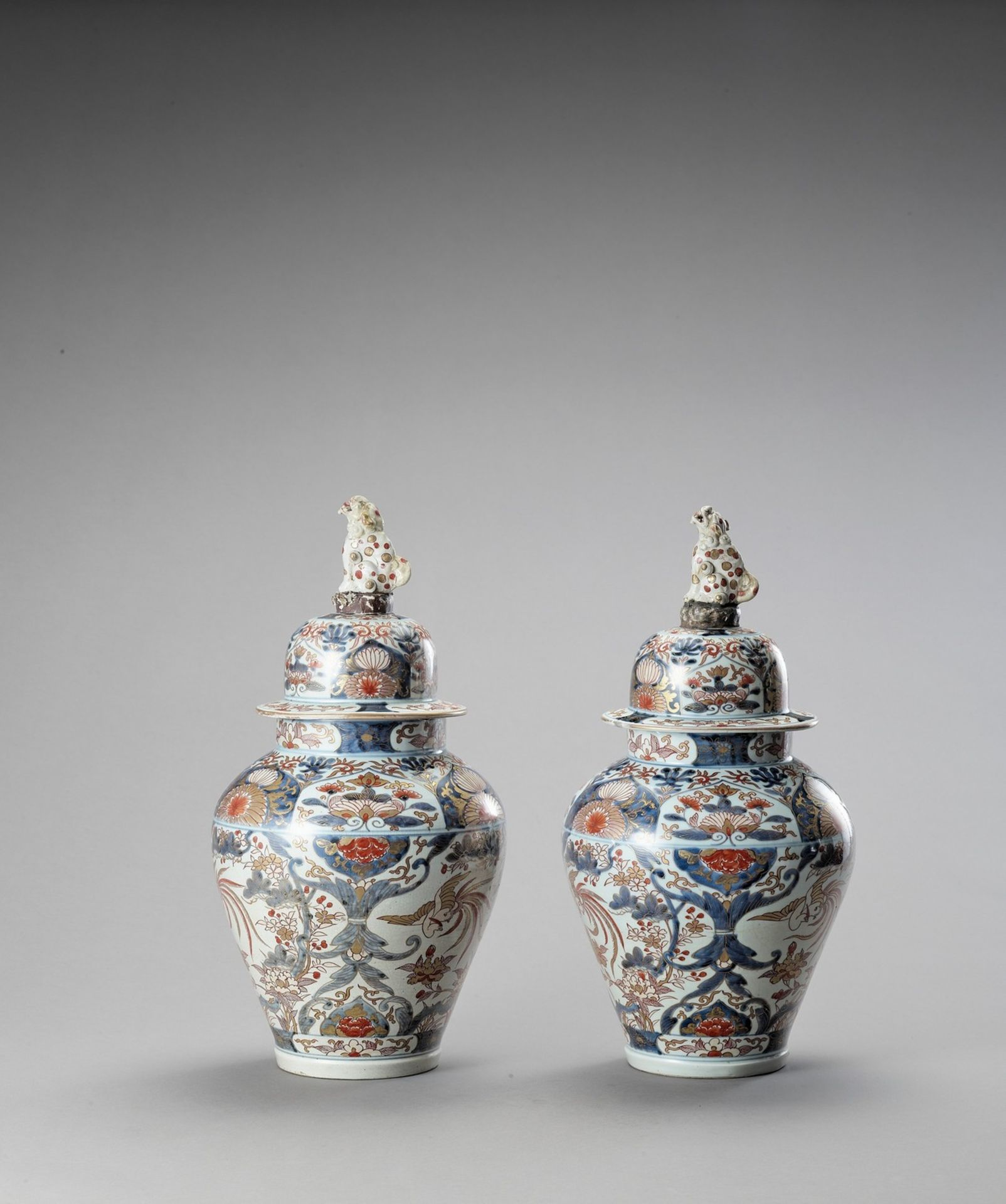 A LARGE PAIR OF IMARI PORCELAIN VASES AND COVERS - Image 2 of 6