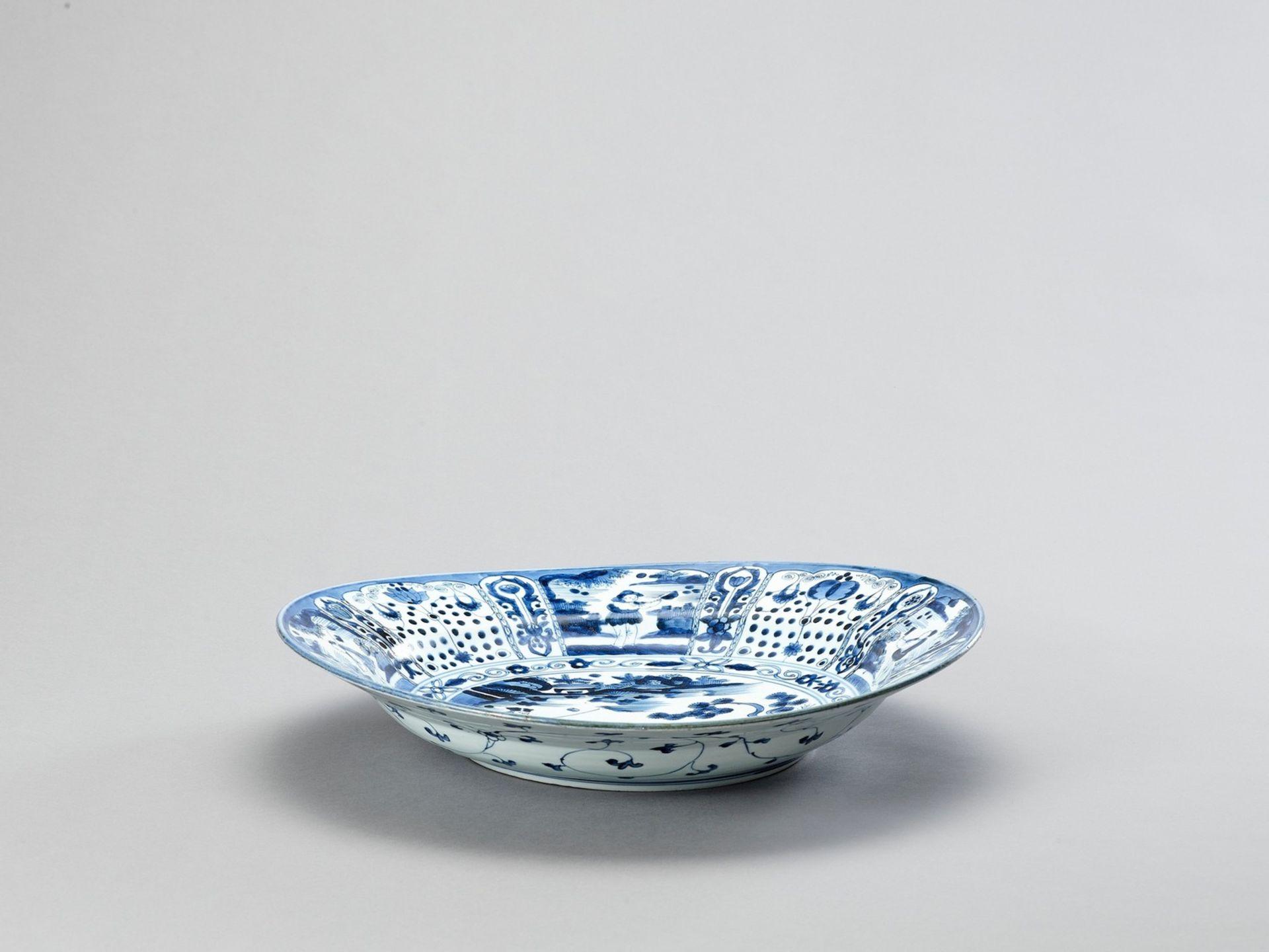 A LARGE BLUE AND WHITE PORCELAIN CHARGER - Bild 4 aus 5