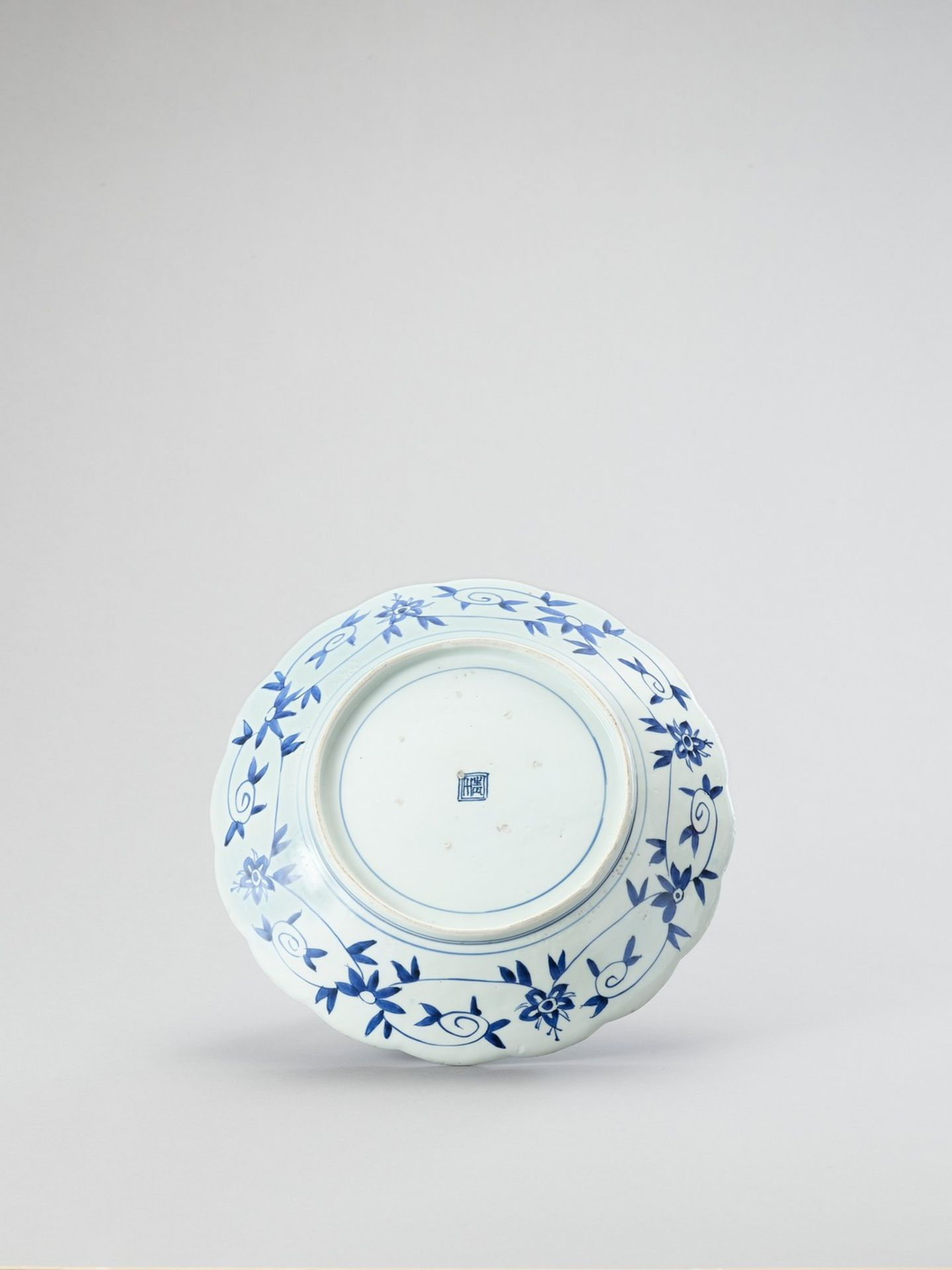 A LOBED ARITA PORCELAIN CHARGER - Image 3 of 4